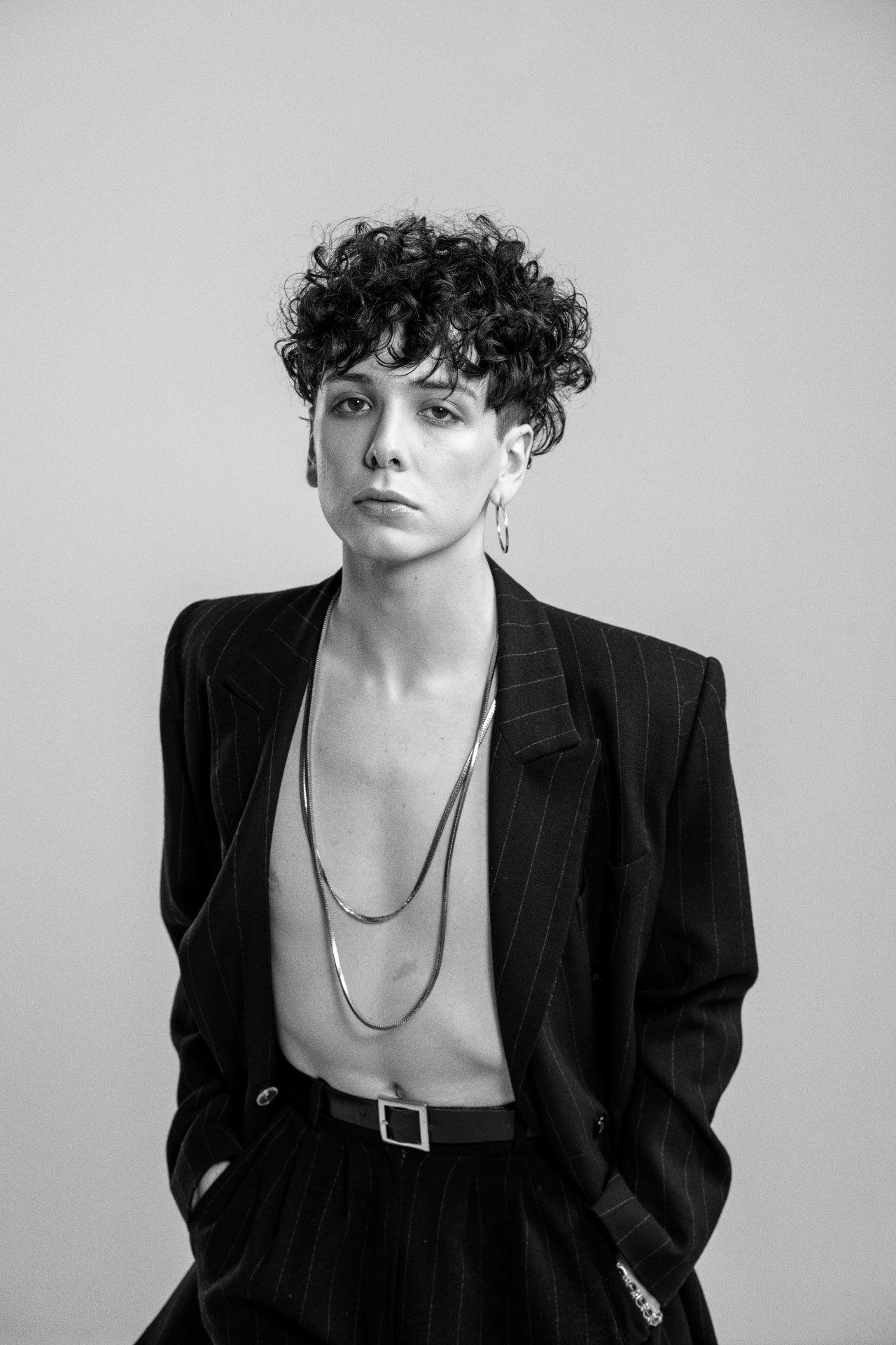 Photo en noir et blanc d'Hubert Lenoir portant un costume ouvert.