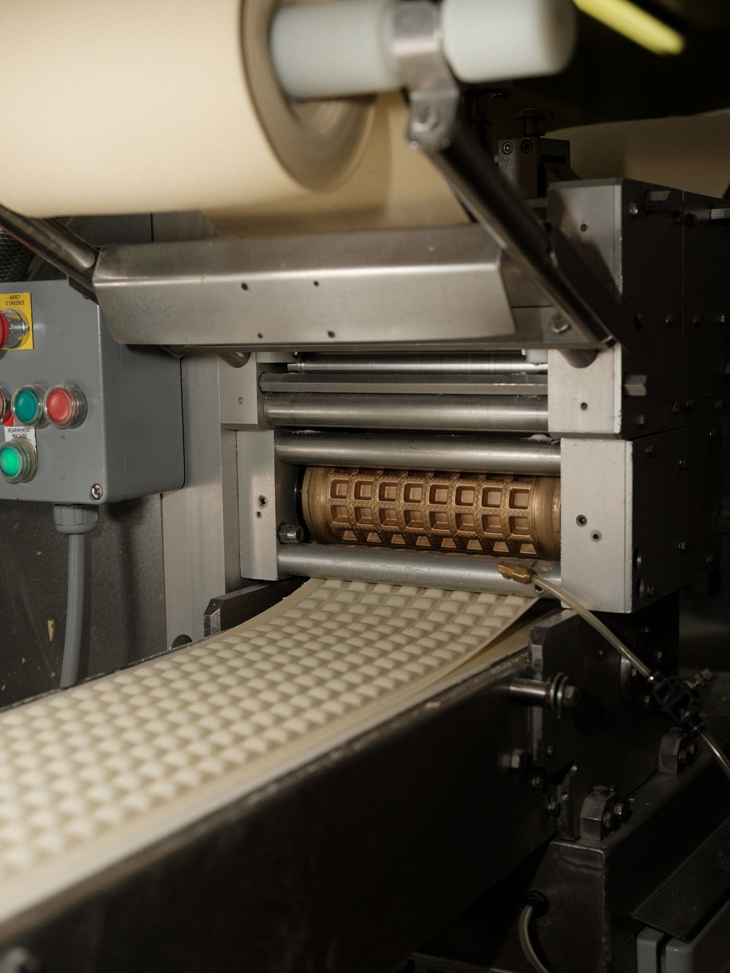 machine making raviolis by Alexi Hobbs in Auvergne for Reflets de France