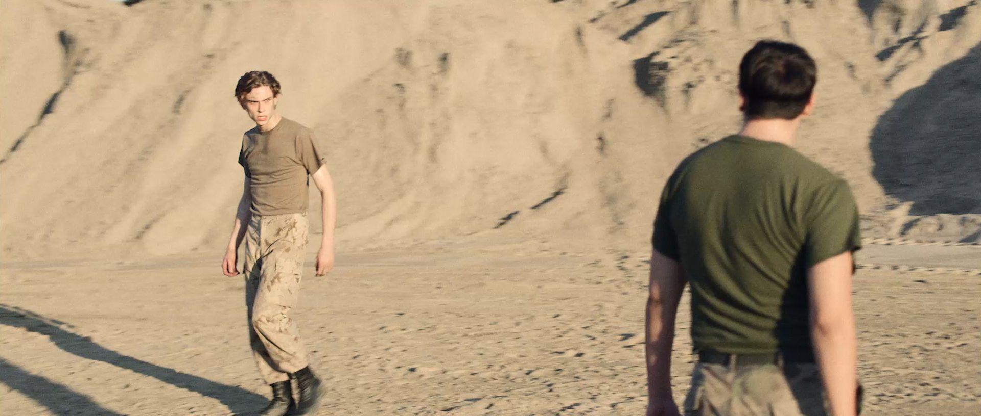 Soldats duel danse base militaire paysage désertique