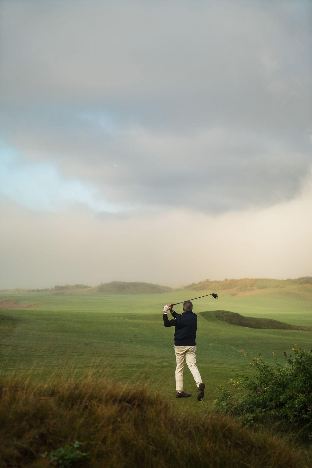 golfer swinging by Bruno Florin for Mercedes Magazine