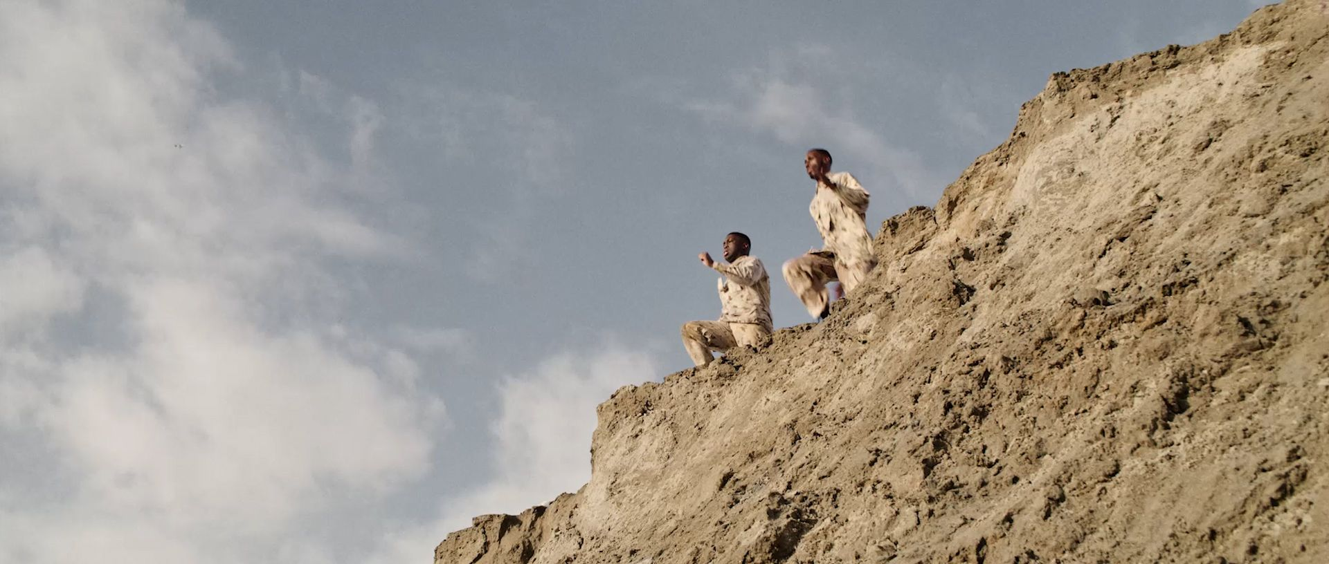 Soldats falaise paysage désertique