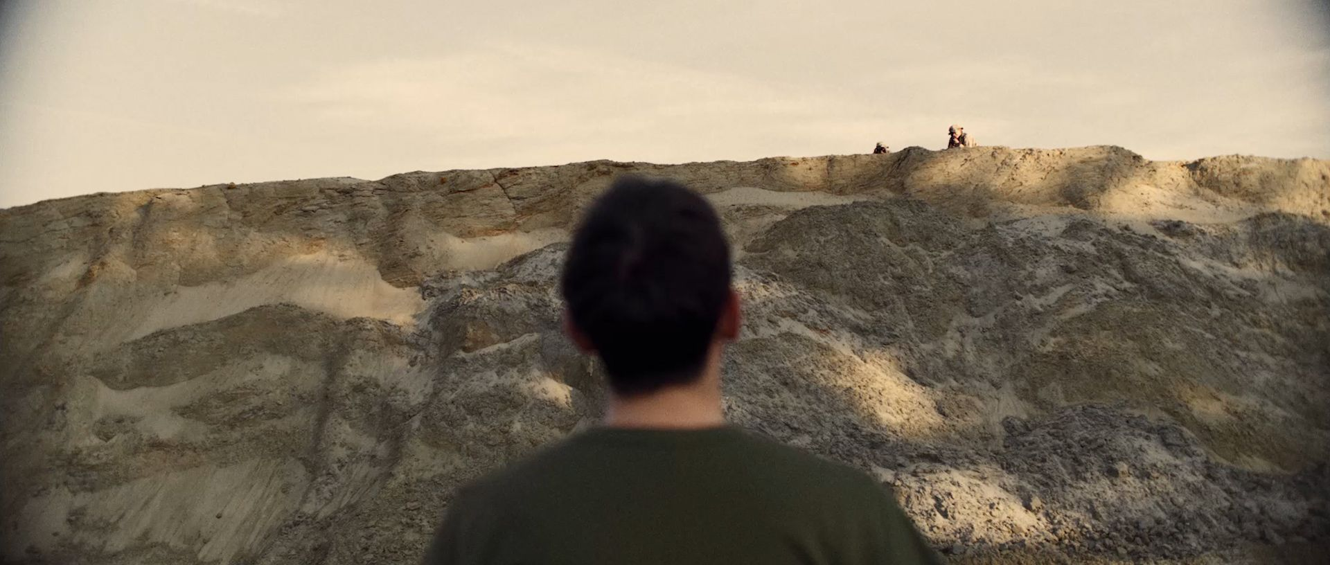 Soldat face à falaise base militsire désert