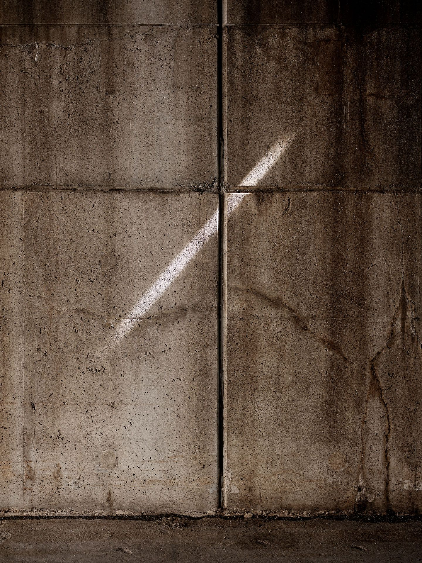ray of sun on a concrete wall under a bridge photographed by Guillaume Simoneau for the spring-summer collection of Swell & Ginger