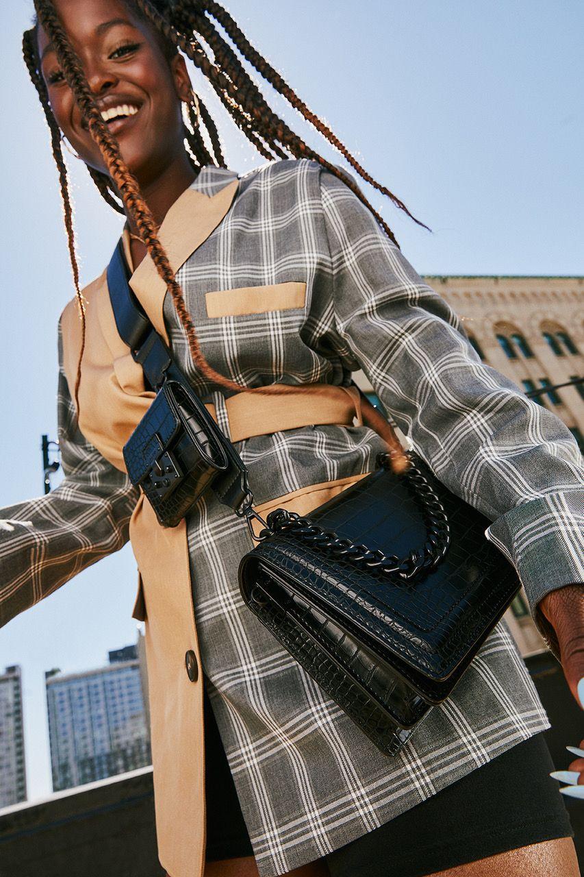 Photo d'une femme noire portant en manteau en contre plongée
