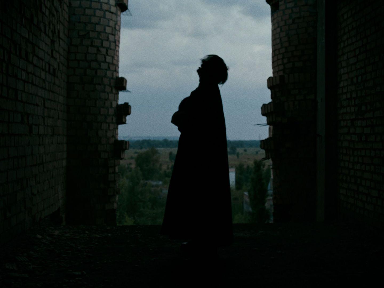 La silhouette d'Apashe dans un bâtiment abandonné en Ukraine