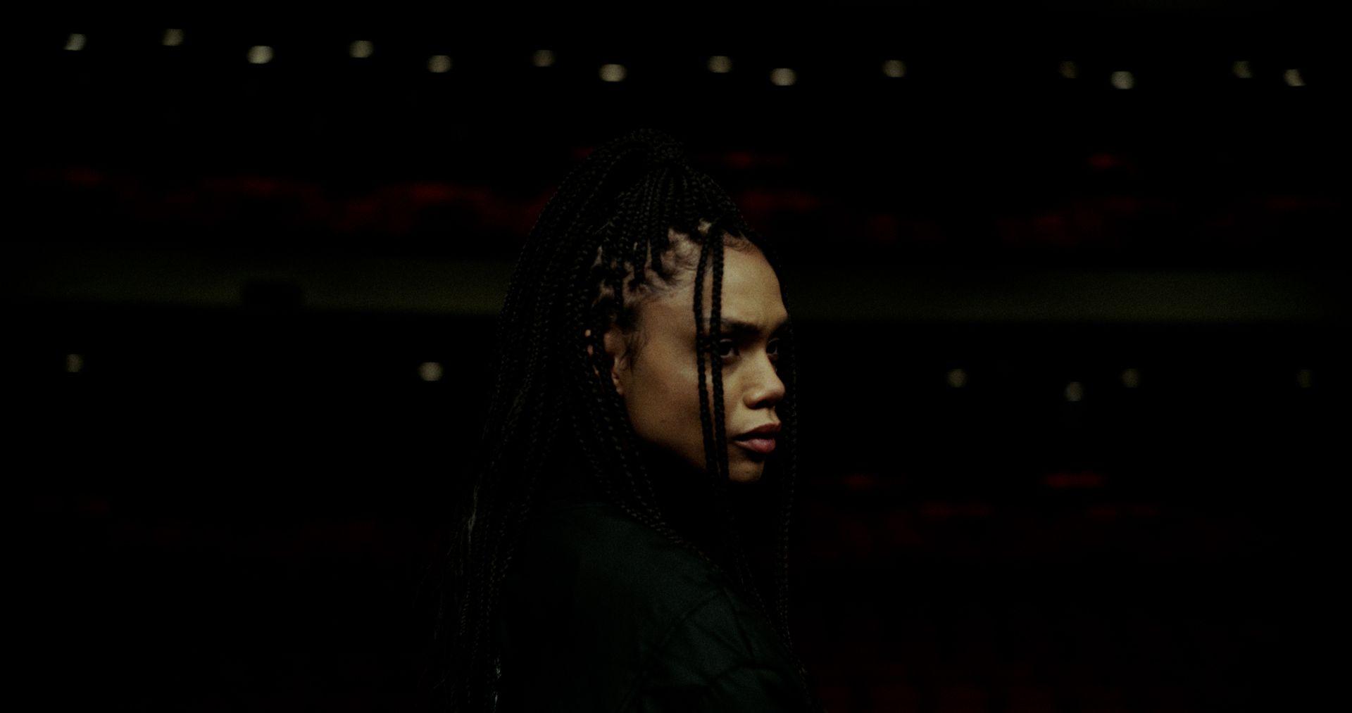 Photo sombre du vidéoclip.