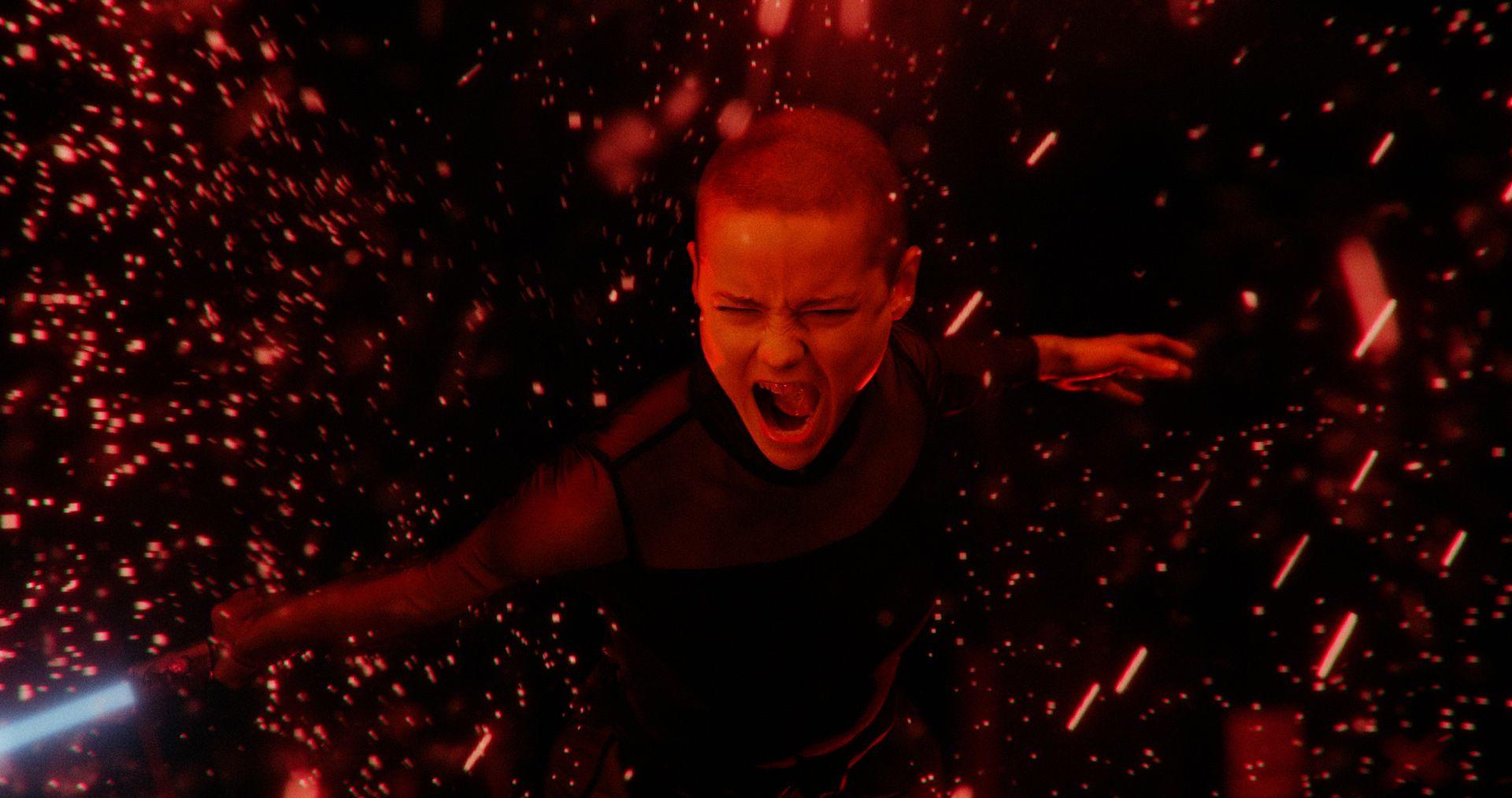 Vidéo d'une explosion de rouge avec danseuse qui se bat à travers.