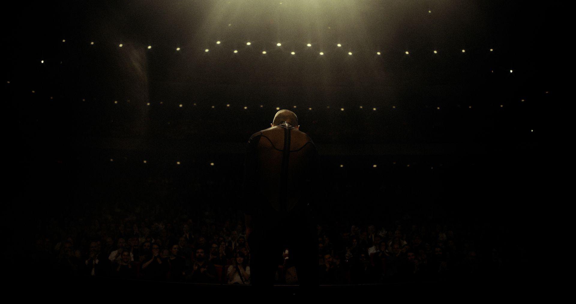 Arrêt sur image du vidéoclip, la danseuse salue la foule sur la scène.