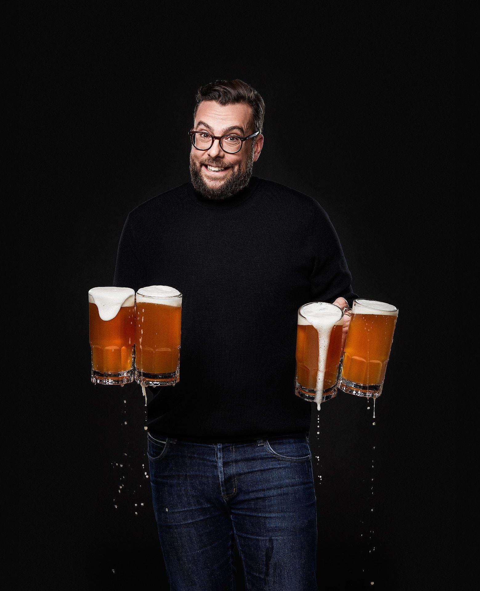 portrait du mixologue Stephane Pilon tenant quatre chope débordante de bière, posant de manière désolé par Jocelyn Michel pour le Cathcart