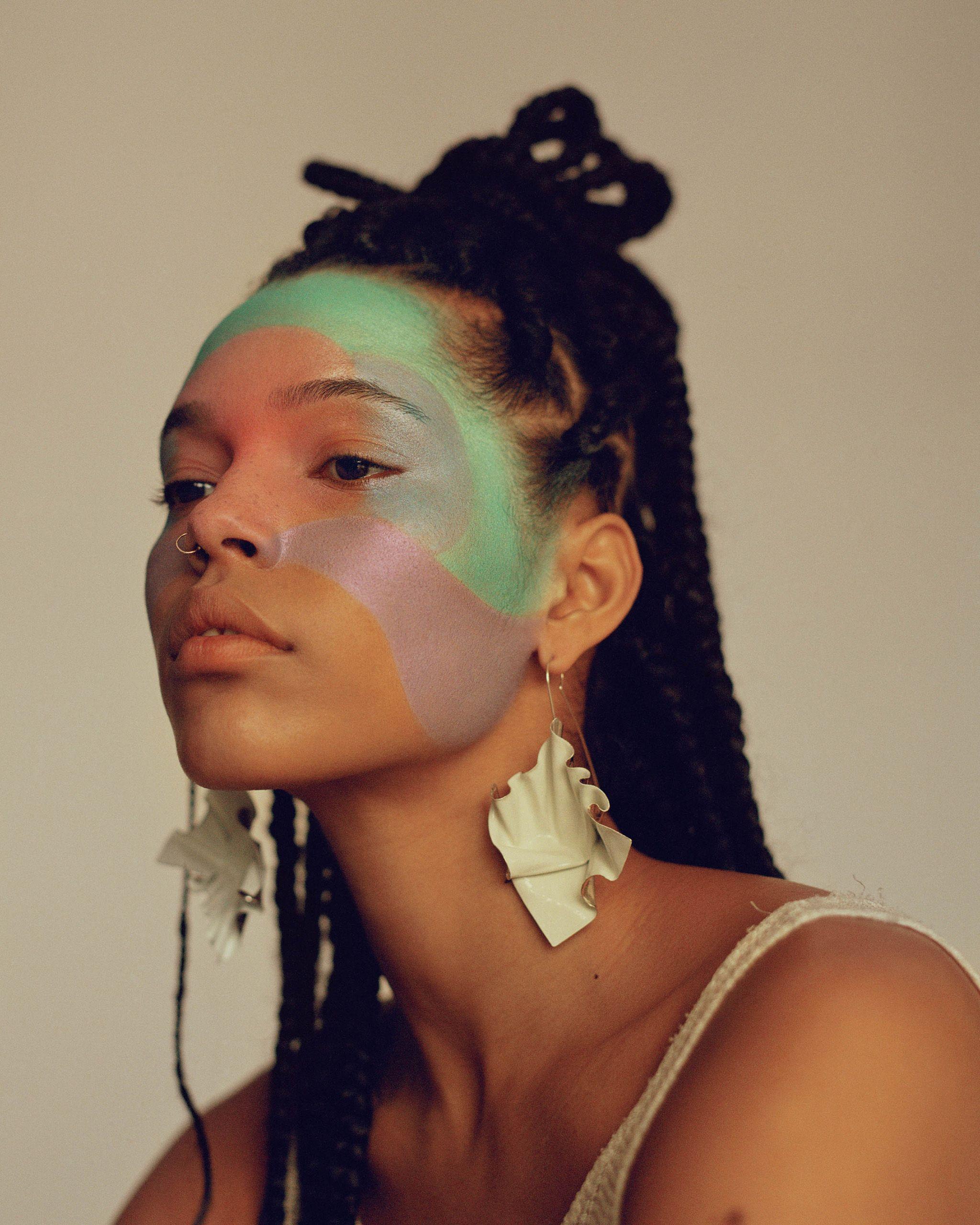 portrait modele pour vogue arabia avec maquillage violet et vert
