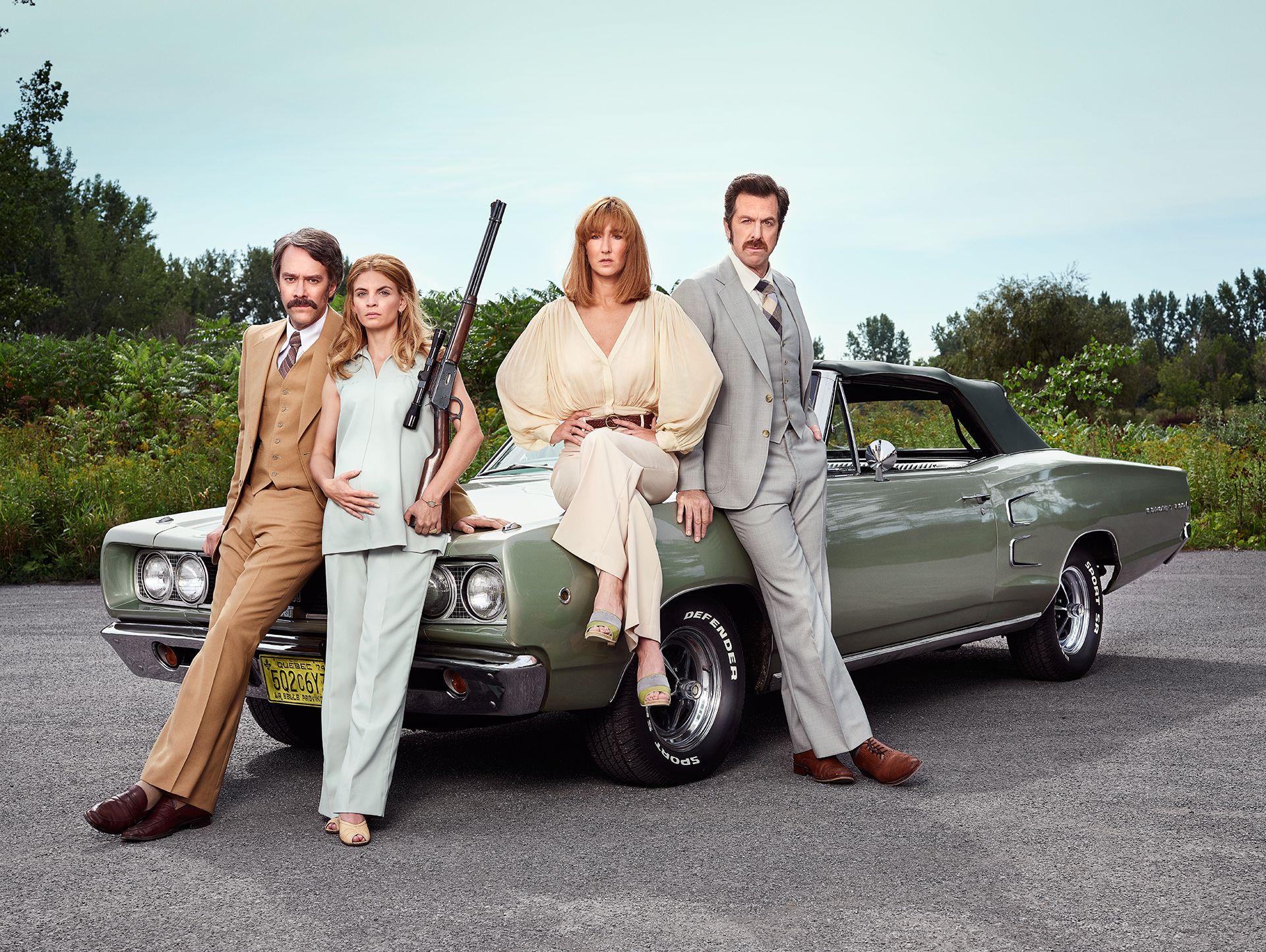 photo de Jocelyn Michel de quatre personnes deux hommes et deux femmes assis sur une voiture verte vintage habillé dans le style des années 1970 pour la série télé C'est comme ça que je t'aime de Radio-Canada