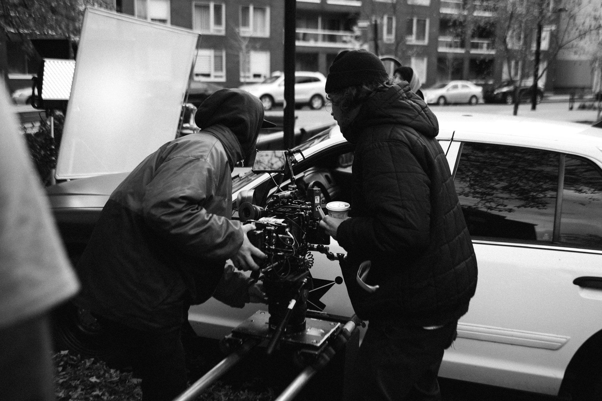 Vincent Ruel-Cote from Les Gamins using camera and structure to make a forward travelling from the outside to the inside of the car in behind the scenes filming TV series La Loi C'est La Loi at night with TV5 Unis