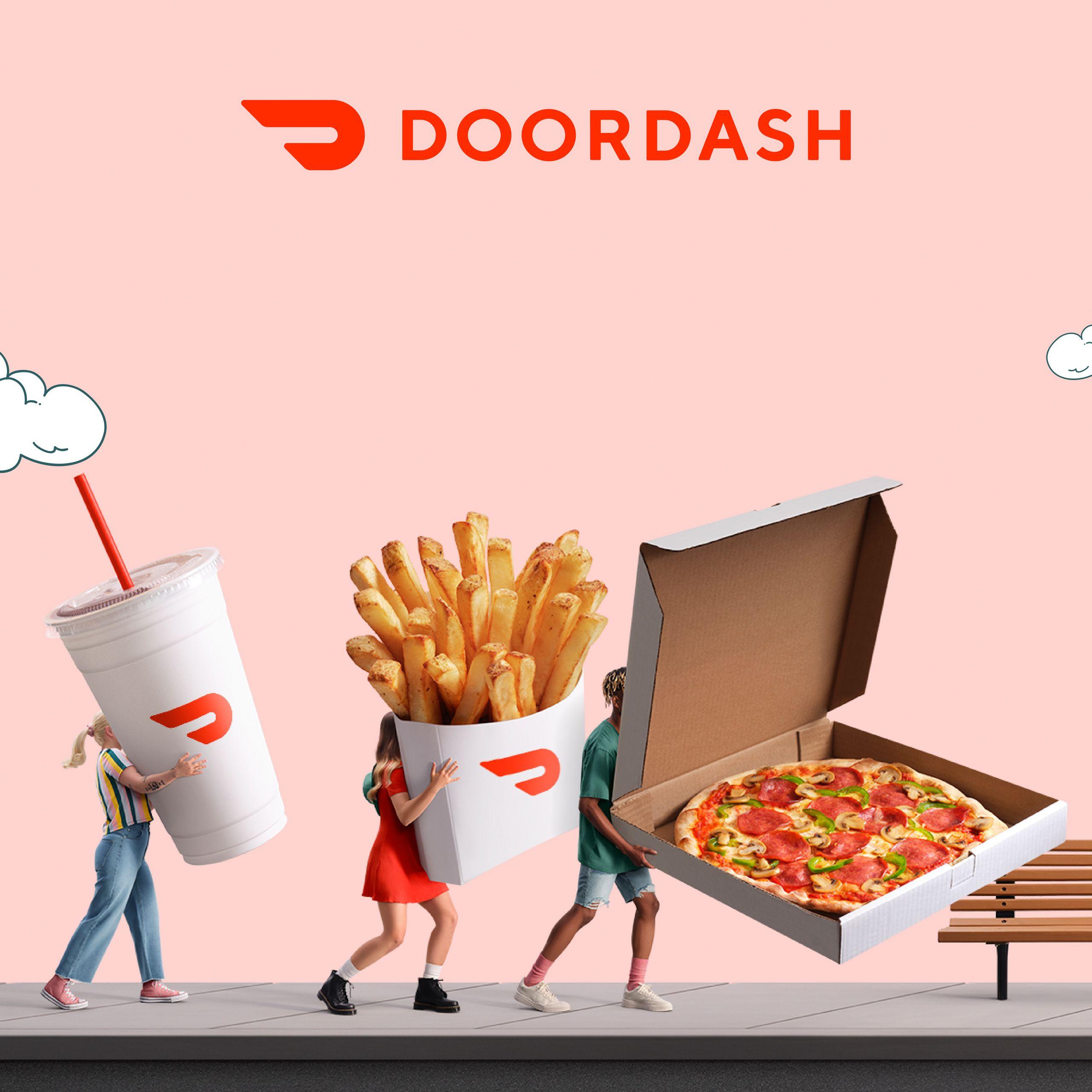 Trois jeunes gens habillés à la mode transportent d'énormes produits alimentaires (un cola, des frites et une pizza) de la livraison doordash. Ils marchent sur le trottoir avec un fond rose derrière eux.