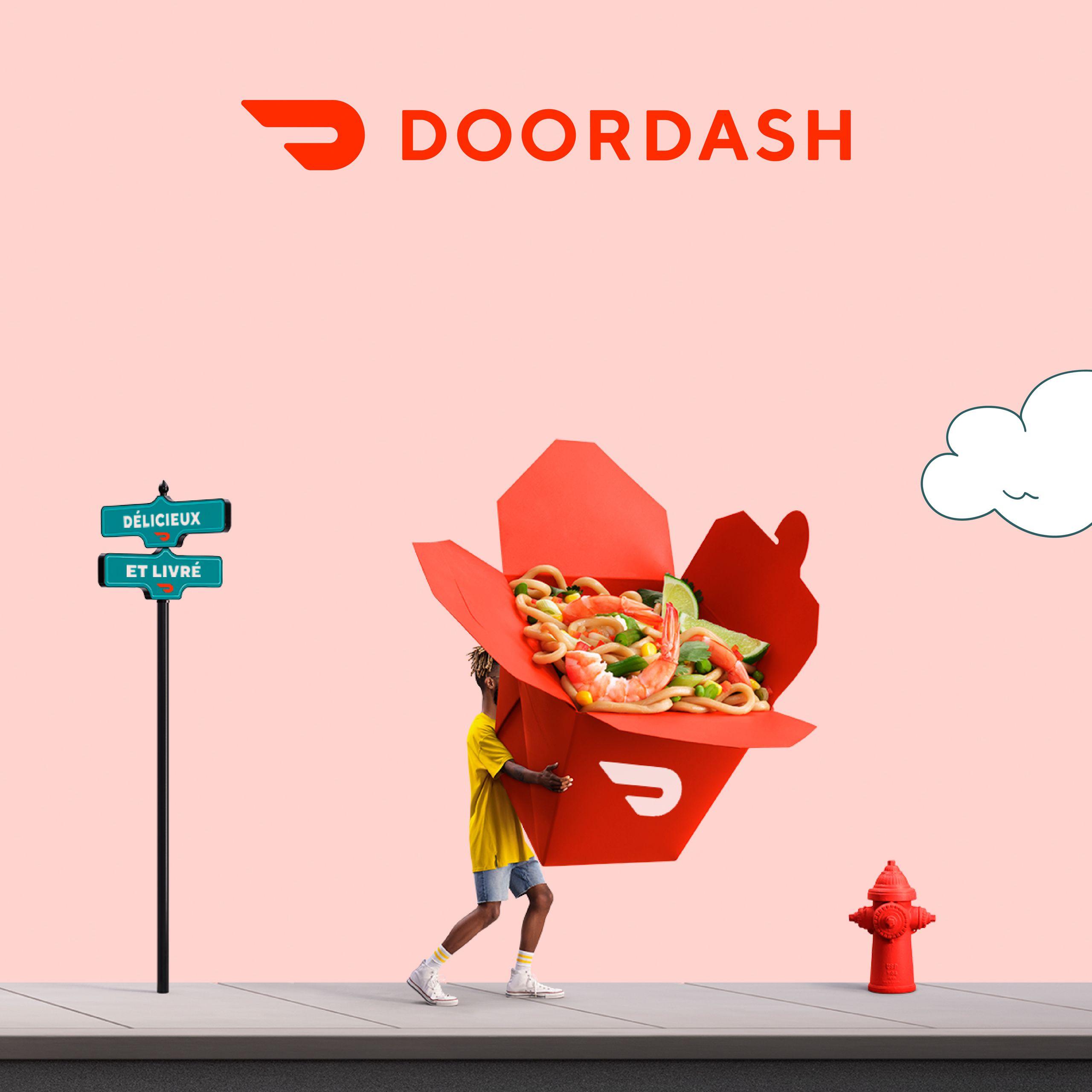 Un homme transporte un gigantesque récipient de nourriture doordash avec des nouilles et une crevette. Il marche sur le trottoir, l'arrière-plan est rose et il y a des nuages dessinés.