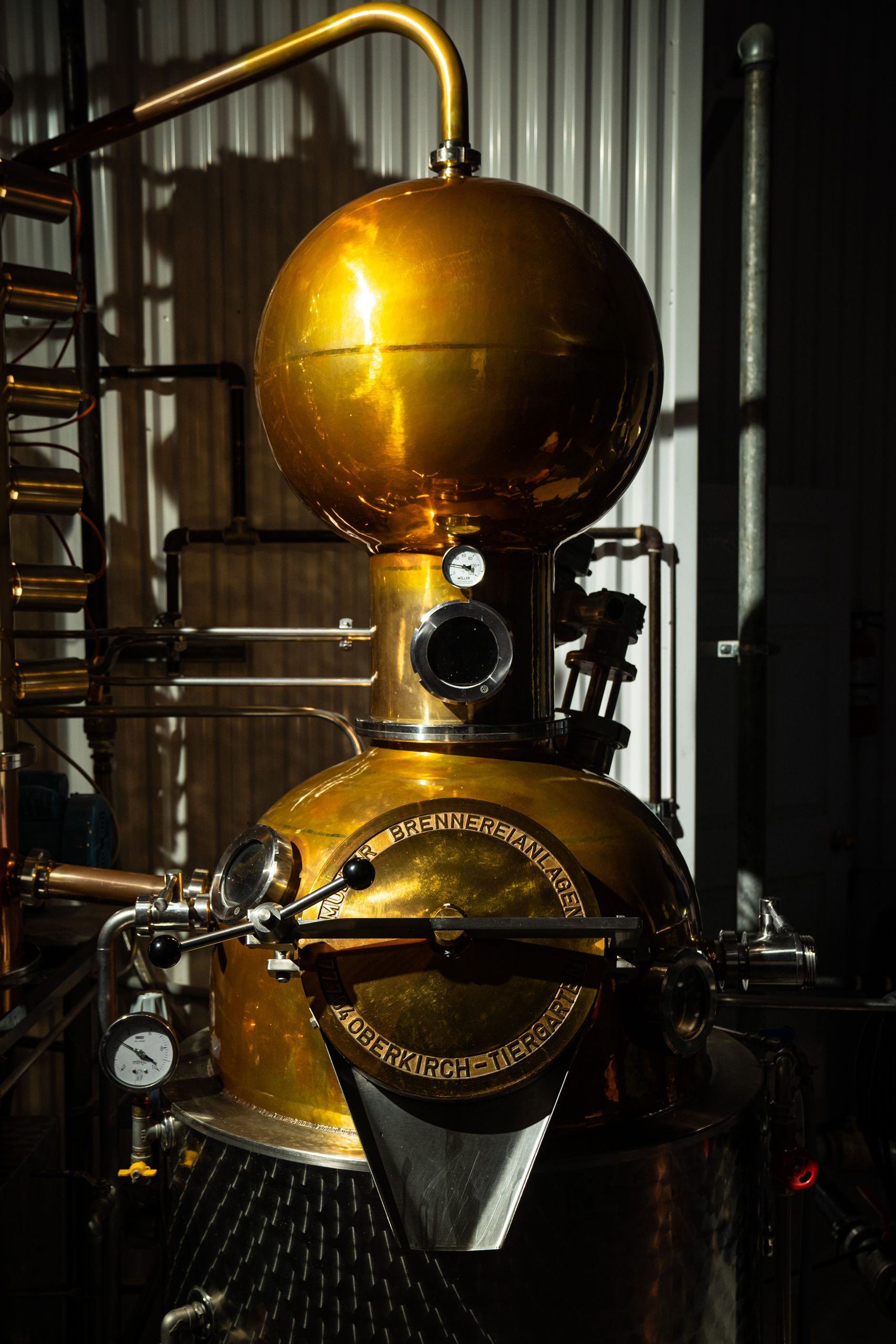 Image de la machine de distillation de l'or et de l'acier.