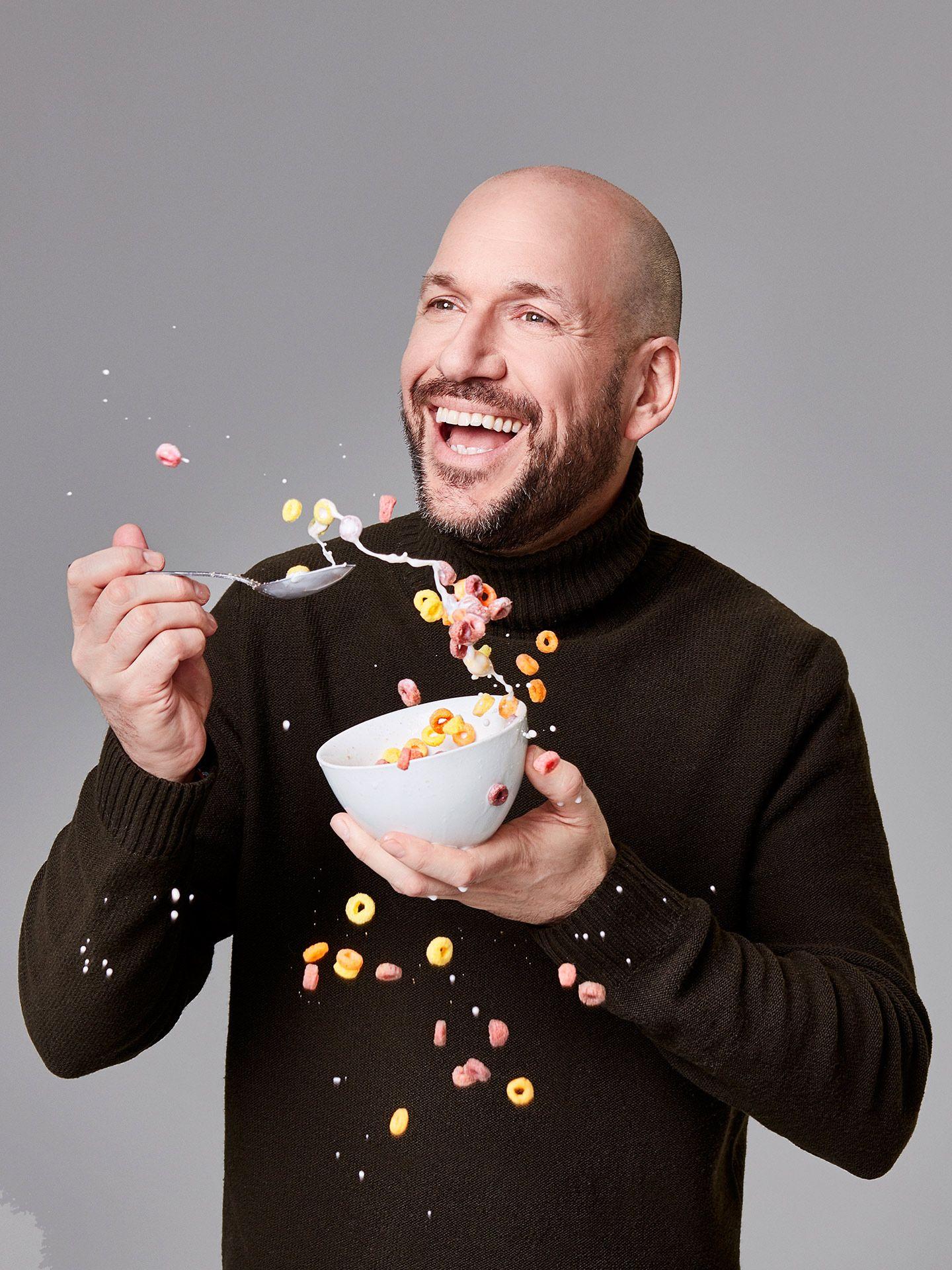 Portrait de Martin Matte mangeant des céréales qui débordent, par Jocelyn Michel pour le Journal de Montréal.