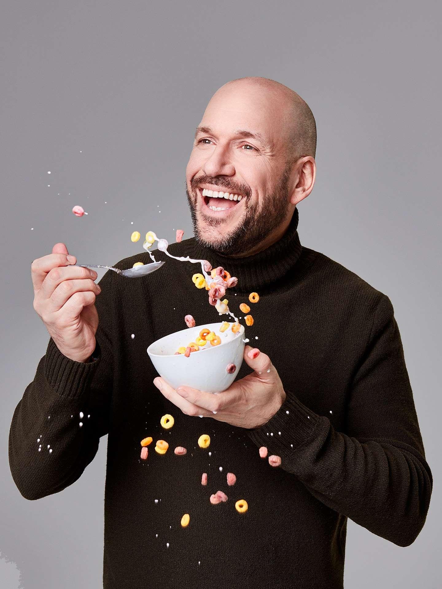 portrait of Martin Matte eating cereal sploshing around by Jocelyn Michel for Journal de Montréal