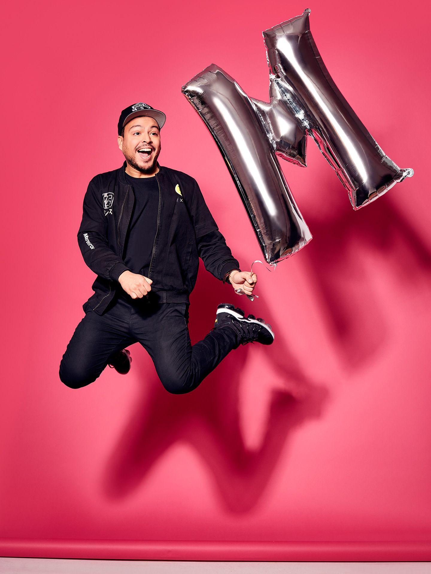 Portrait de Mehdi sautant dans les airs avec un ballon M argenté par Jocelyn Michel pour le Journal de Montréal