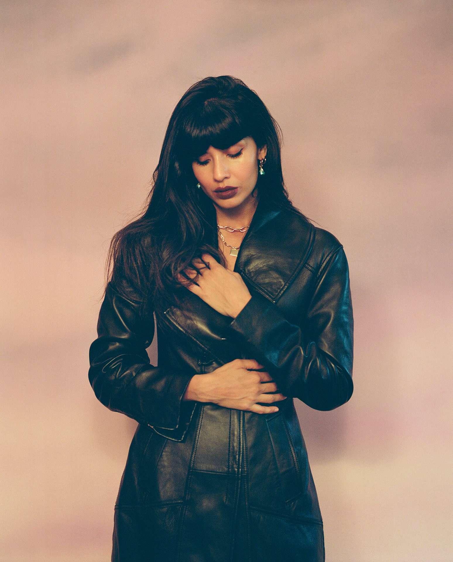 photographie de l'actrice Jameela Jamil contre un mur une main sur son ventre l'autre sur sa poitrine les yeux fermés tête baissée par Oumayma B. Tanfous pour Vogue Espagne