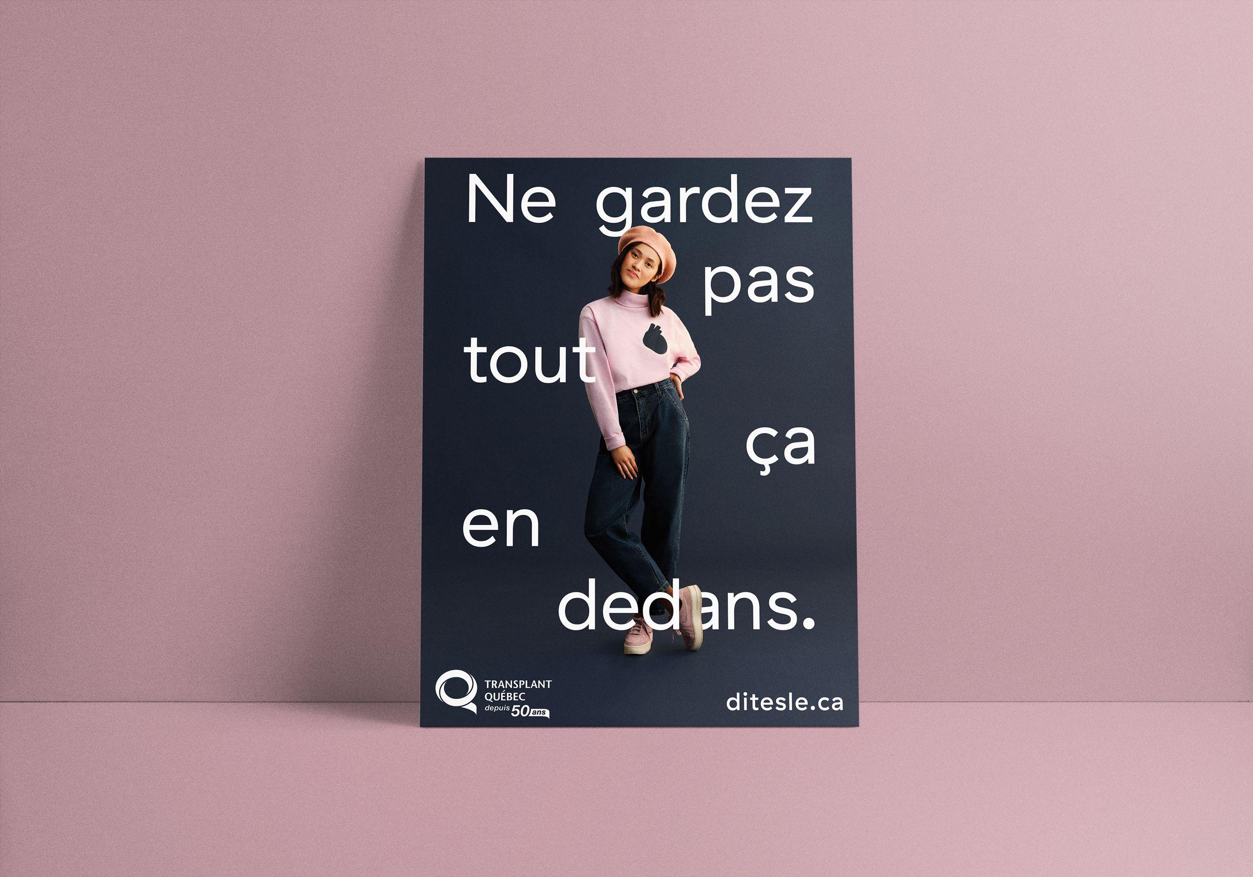 """Image d'une affiche sur un fond lilas. L'affiche représente une fille portant un col roulé rose avec un cœur imprimé dessus. Autour d'elle est écrit en français """"ne gardez pas tout ça à l'intérieur""""."""