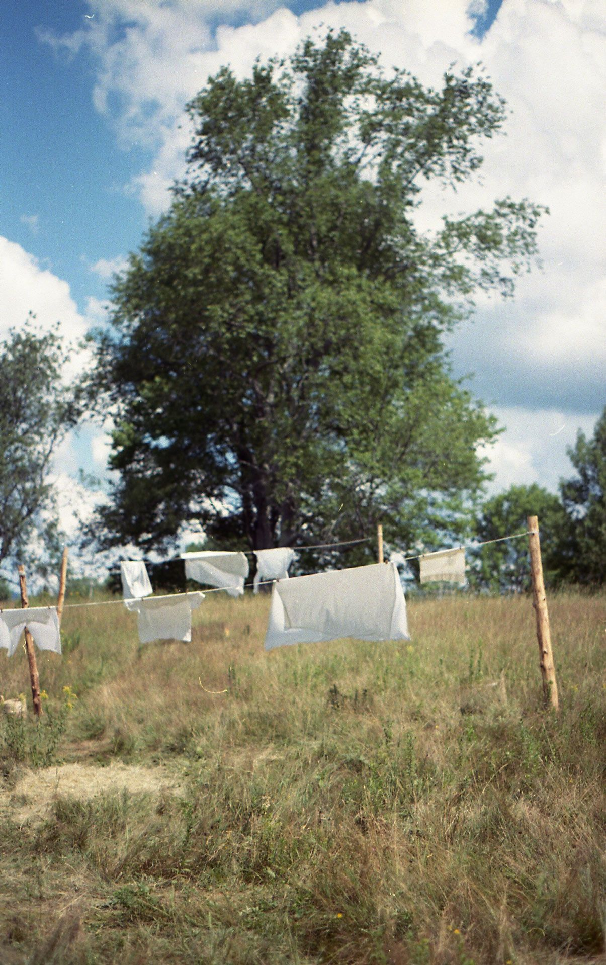 white clothes on clothesline swinging in the wind for singer KNLO video clip Plafond