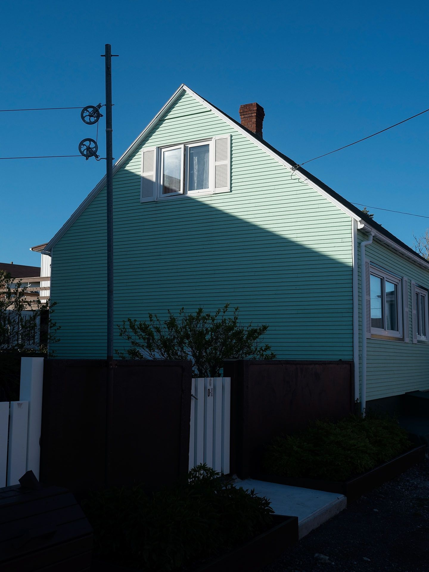 classical seaside french house painted in turquoise by Guillaume Simoneau in Saint-Pierre-et-Miquelon for M le mag