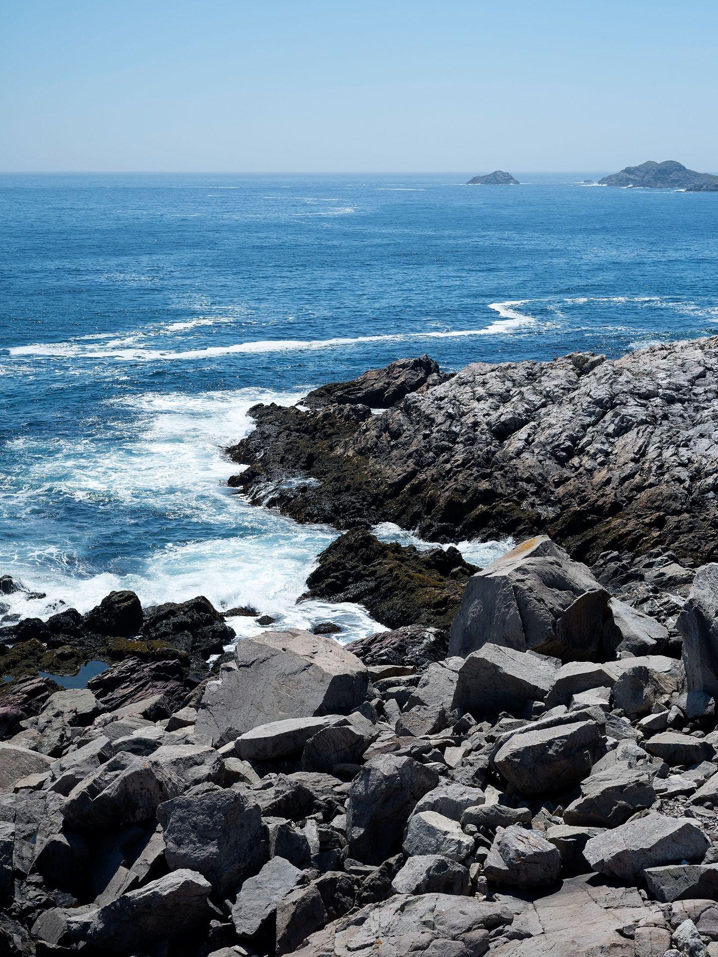 seashore of black rocks by Guillaume Simoneau in Saint-Pierre-et-Miquelon for M le mag Le Monde