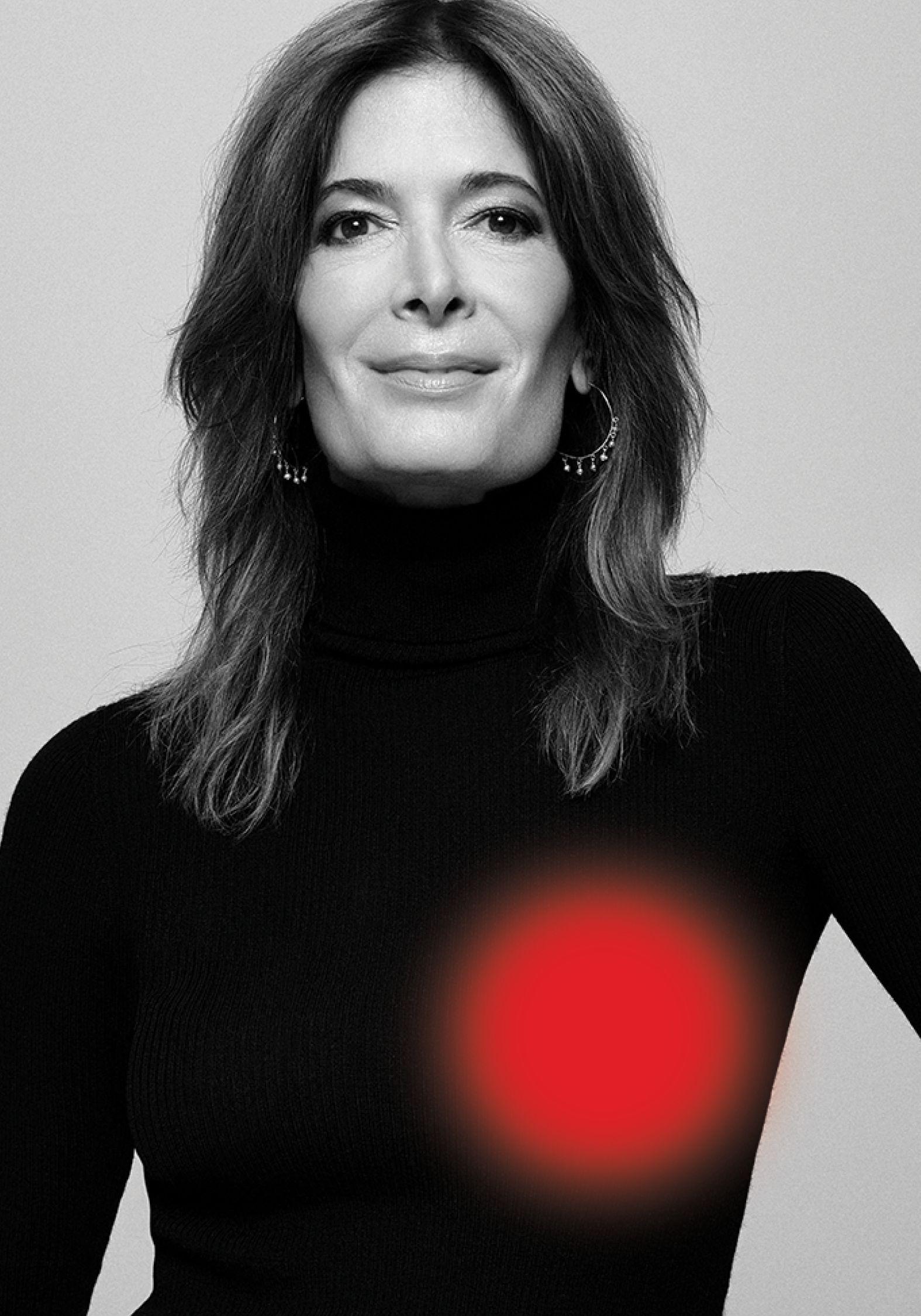 Portrait en noir et blanc de l'actrice souriante Anne-Marie Cadieux portant un col roulé noir.