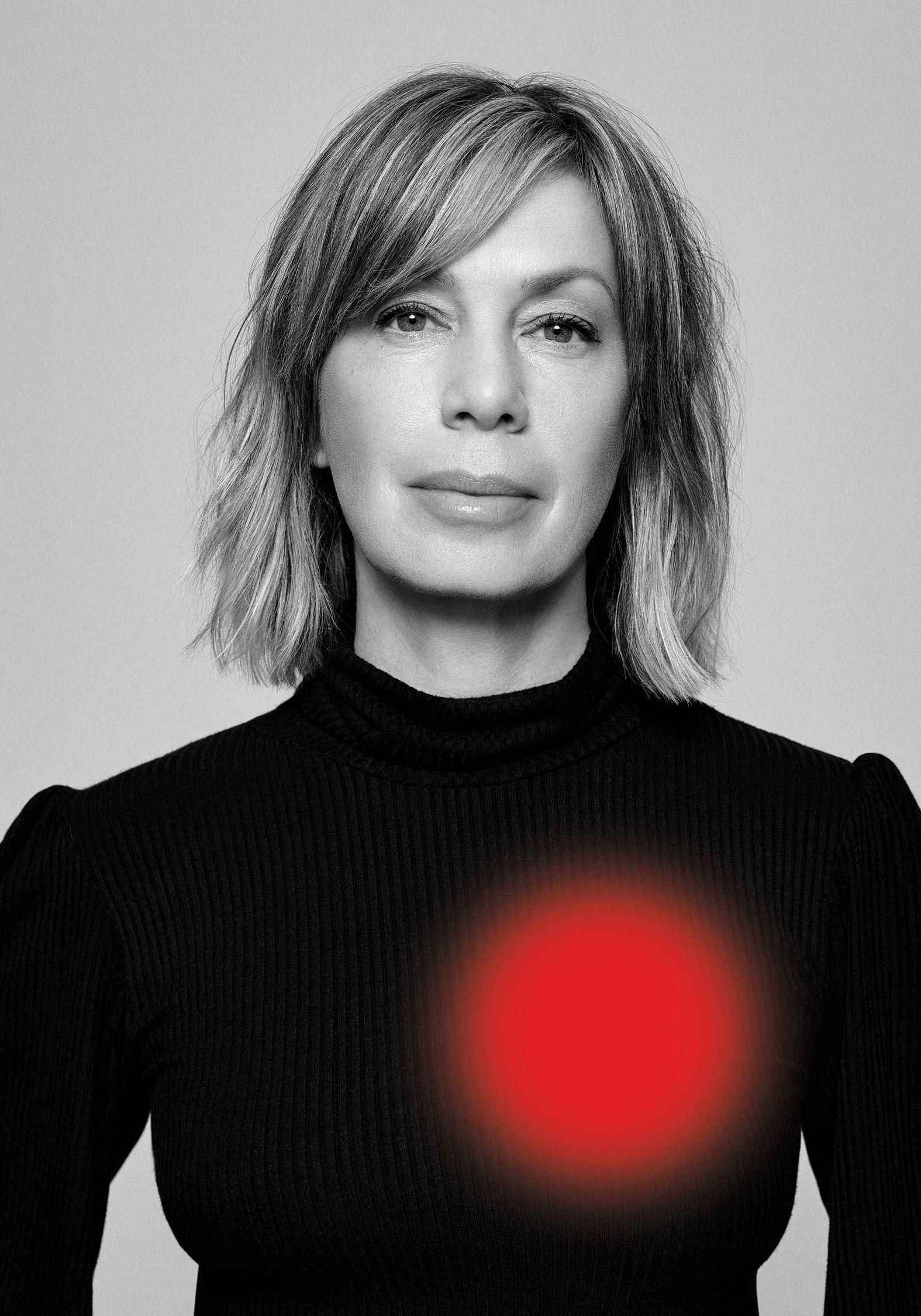 Portrait en noir et blanc de l'actrice canadienne Céline Bonnier portant un pull noir.