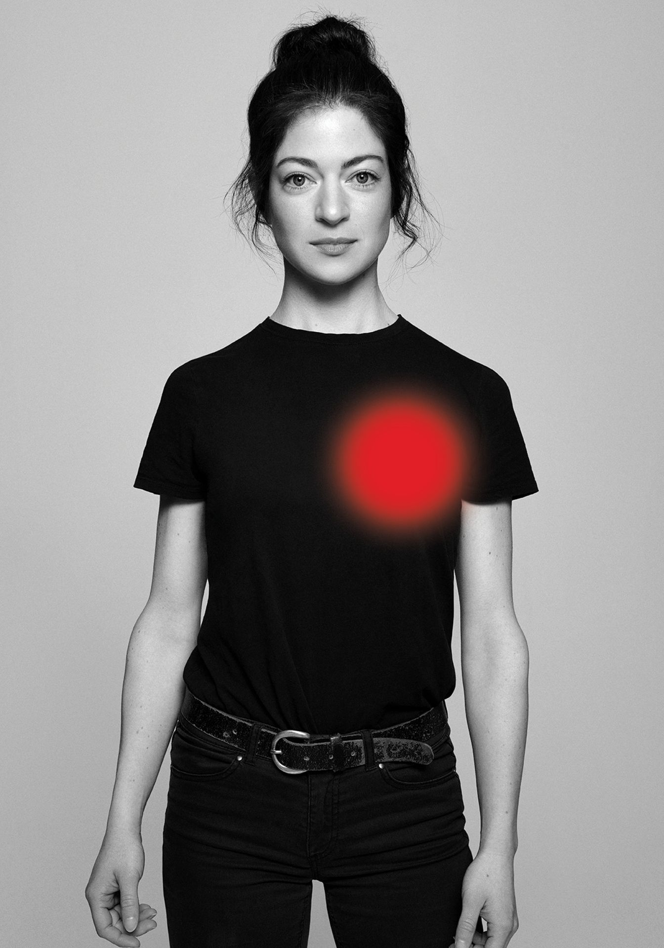 Portrait en noir et blanc de l'actrice Emmanuelle Lussier-Martinez, célébrité québécoise portant un jean noir et un t-shirt noir.