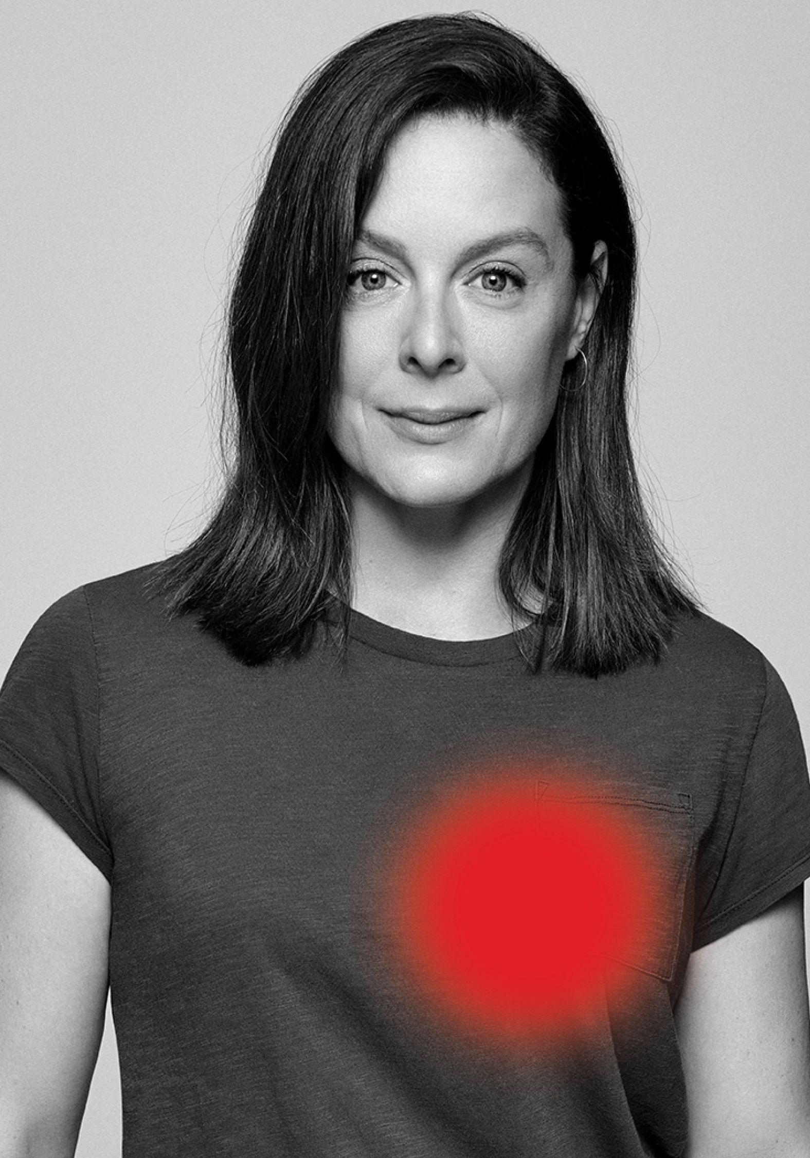 Portrait noir et blanc de la souriante actrice Julie Le Breton.