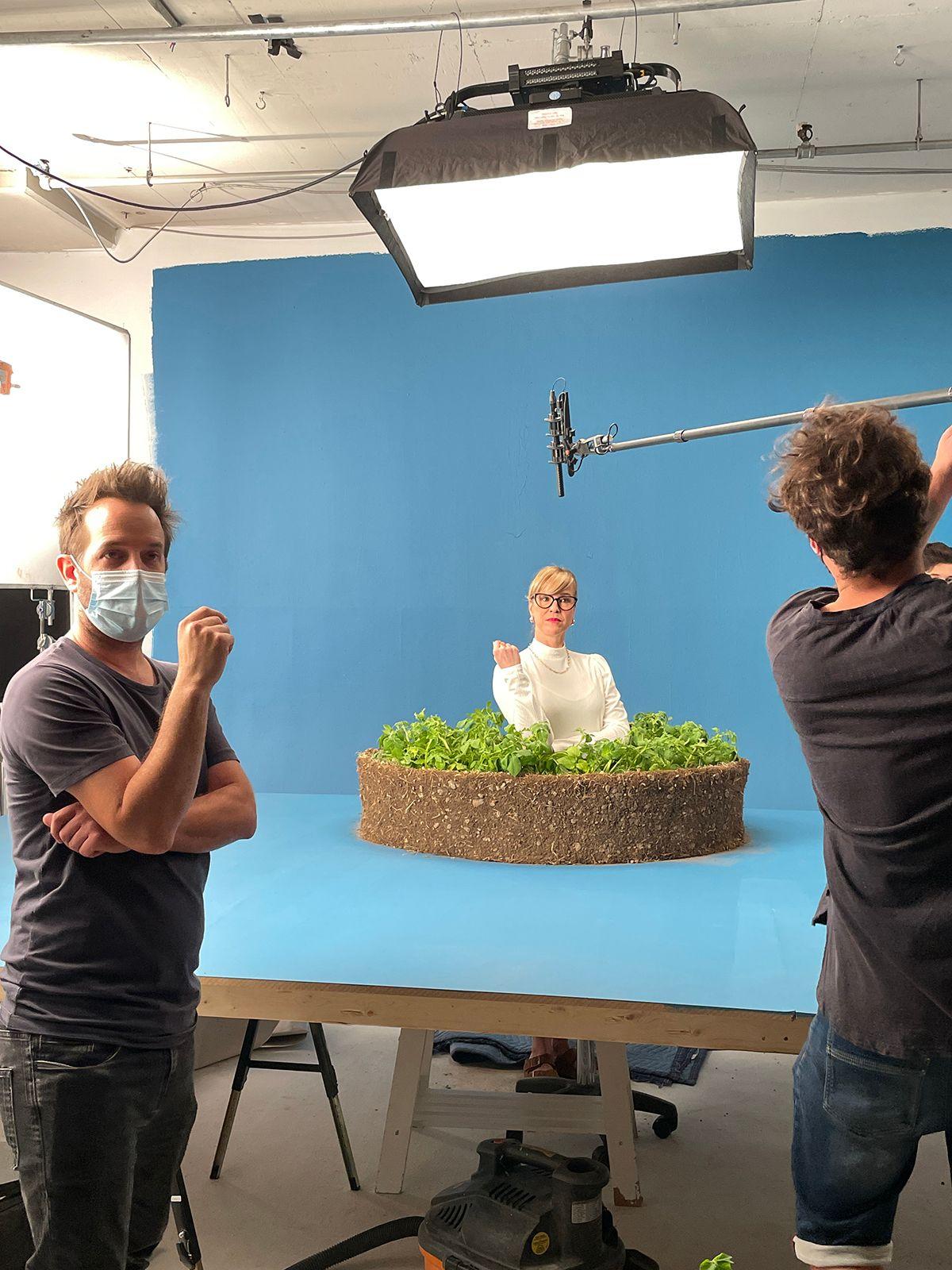 behind the scenes dame aux lunettes et rouge à lèvres