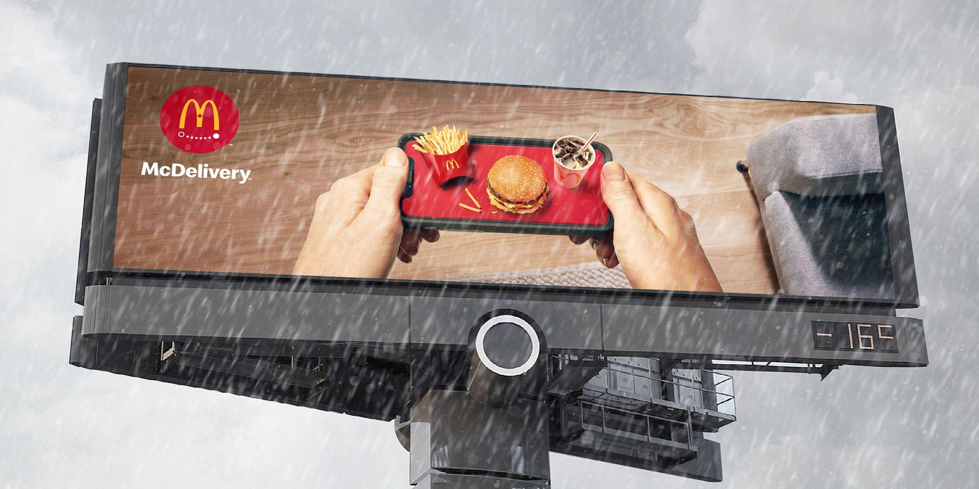 Image de la campagne de livraison de McDonald's sur un panneau d'affichage en hiver.