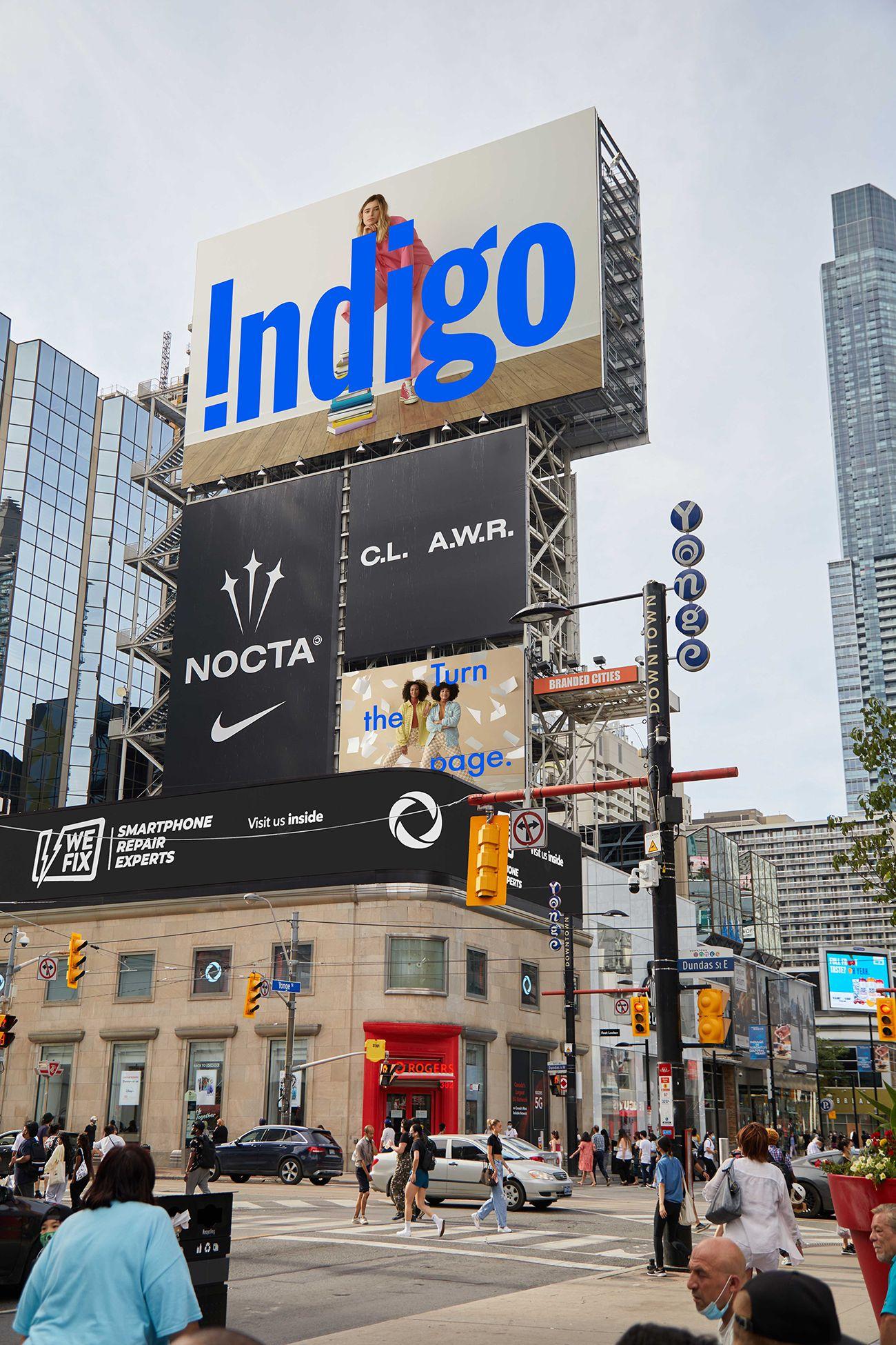 Grosse affiche indigo dans les rues de toronto