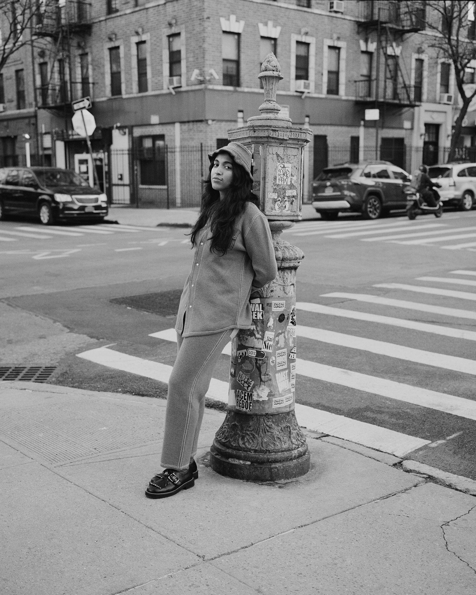Femme Accoté Sur Poteau Photo Noir Et Blanc New York