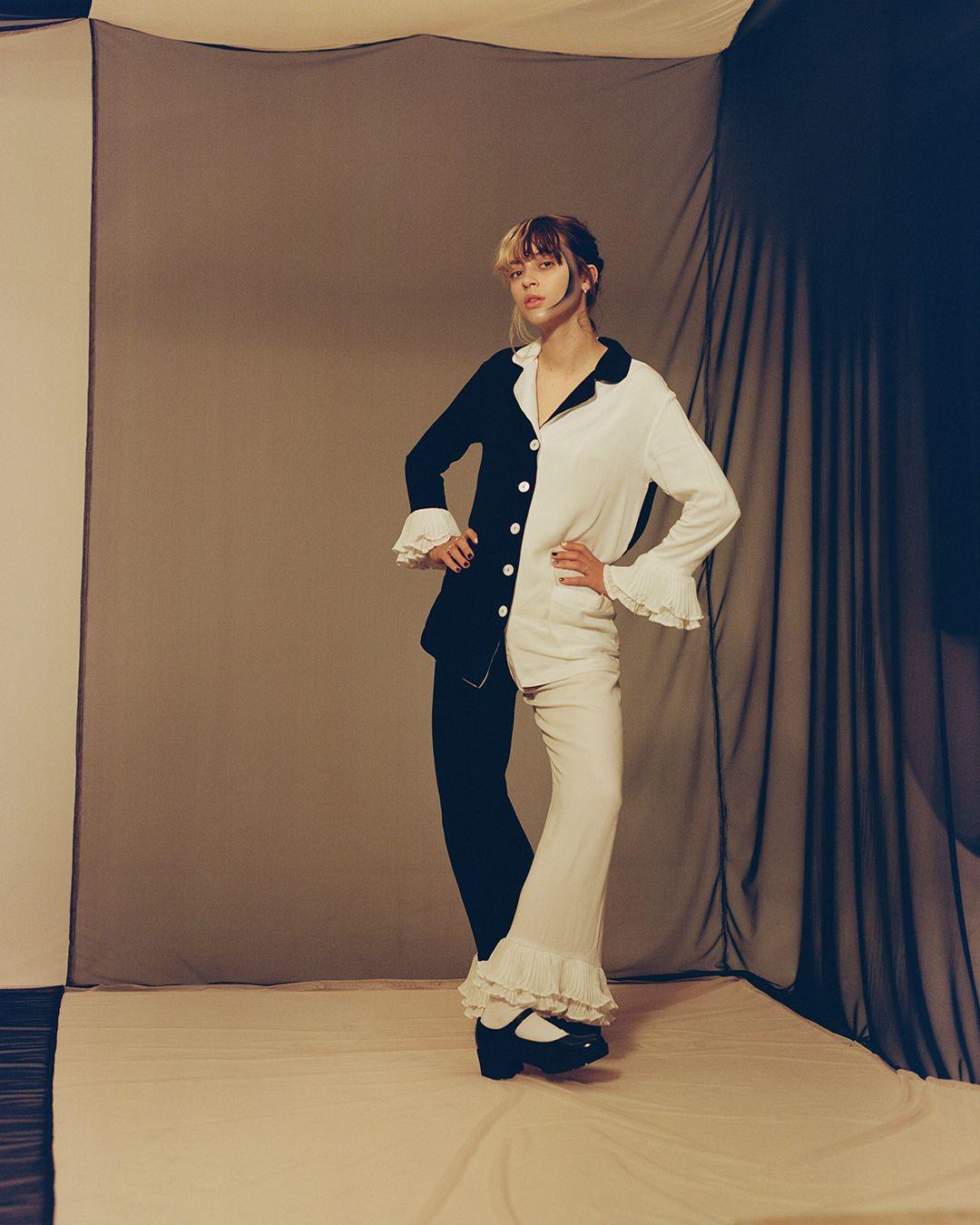 Photo de l'artiste Pomme portant l'habit du personne Pierrot