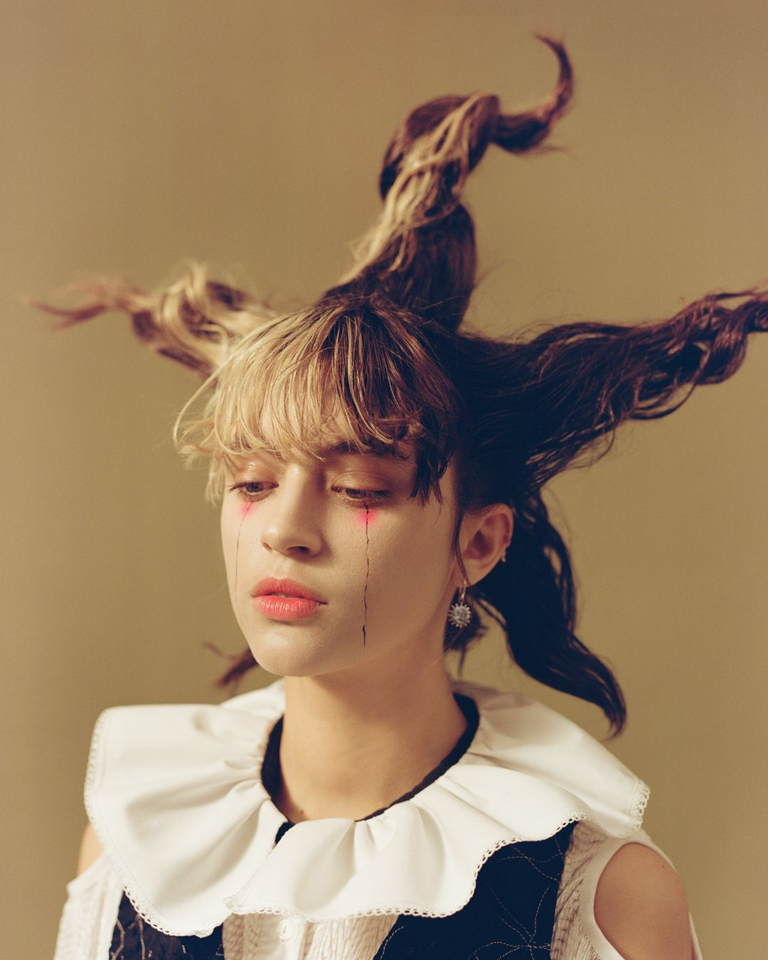 Photo of the french singer pomme with extravagant hair