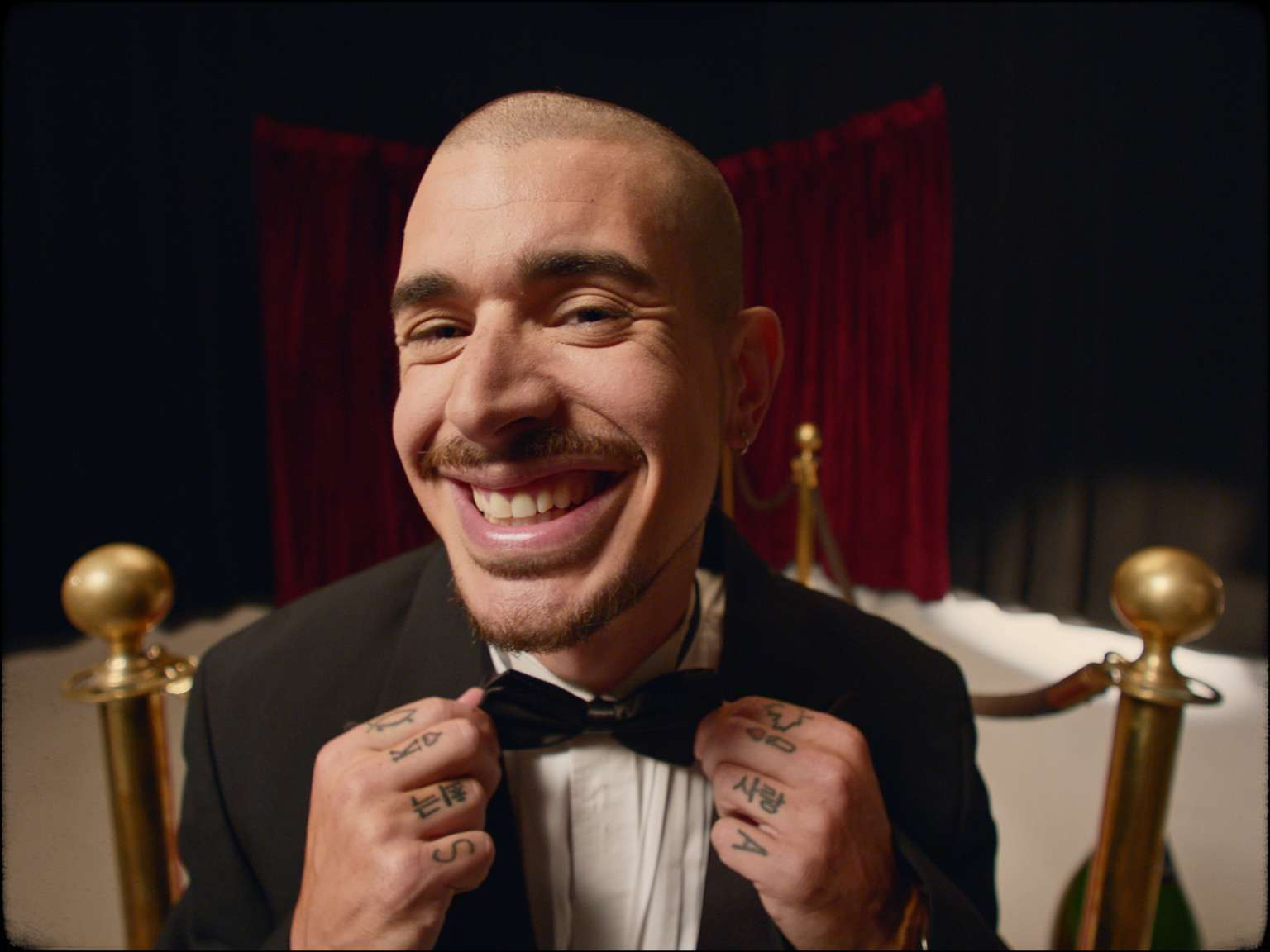 rapper Koriass wearing tuxedo and giving huge smile in music video 5 à 7 filmed by Vincent Ruel-Cote from Les Gamins with 7ieme Ciel Records