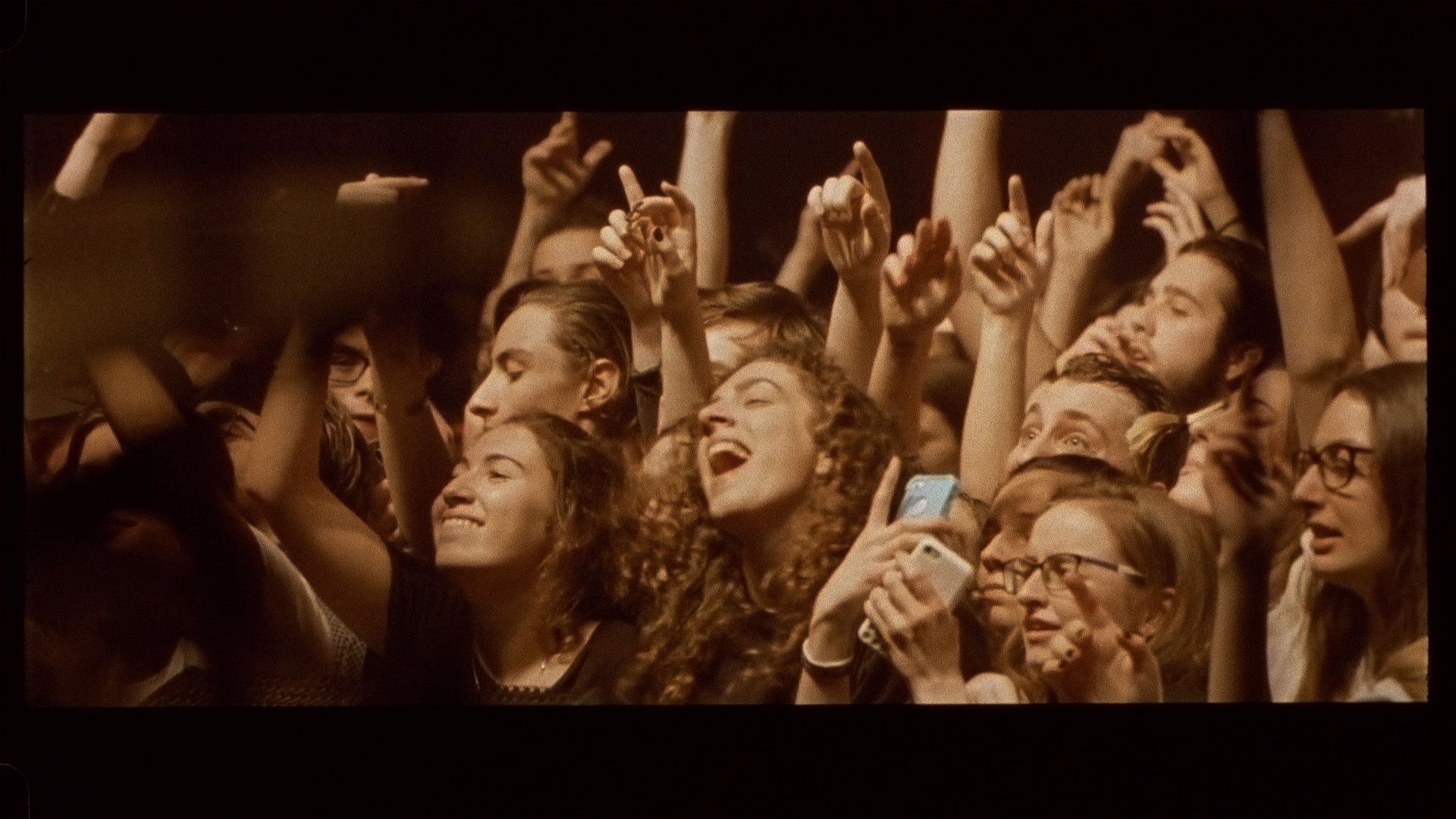 happy crowd singing along to music for L'Osstidfilm documentary filmed by Vincent Ruel-Cote from Les Gamins about L'Osstidtour
