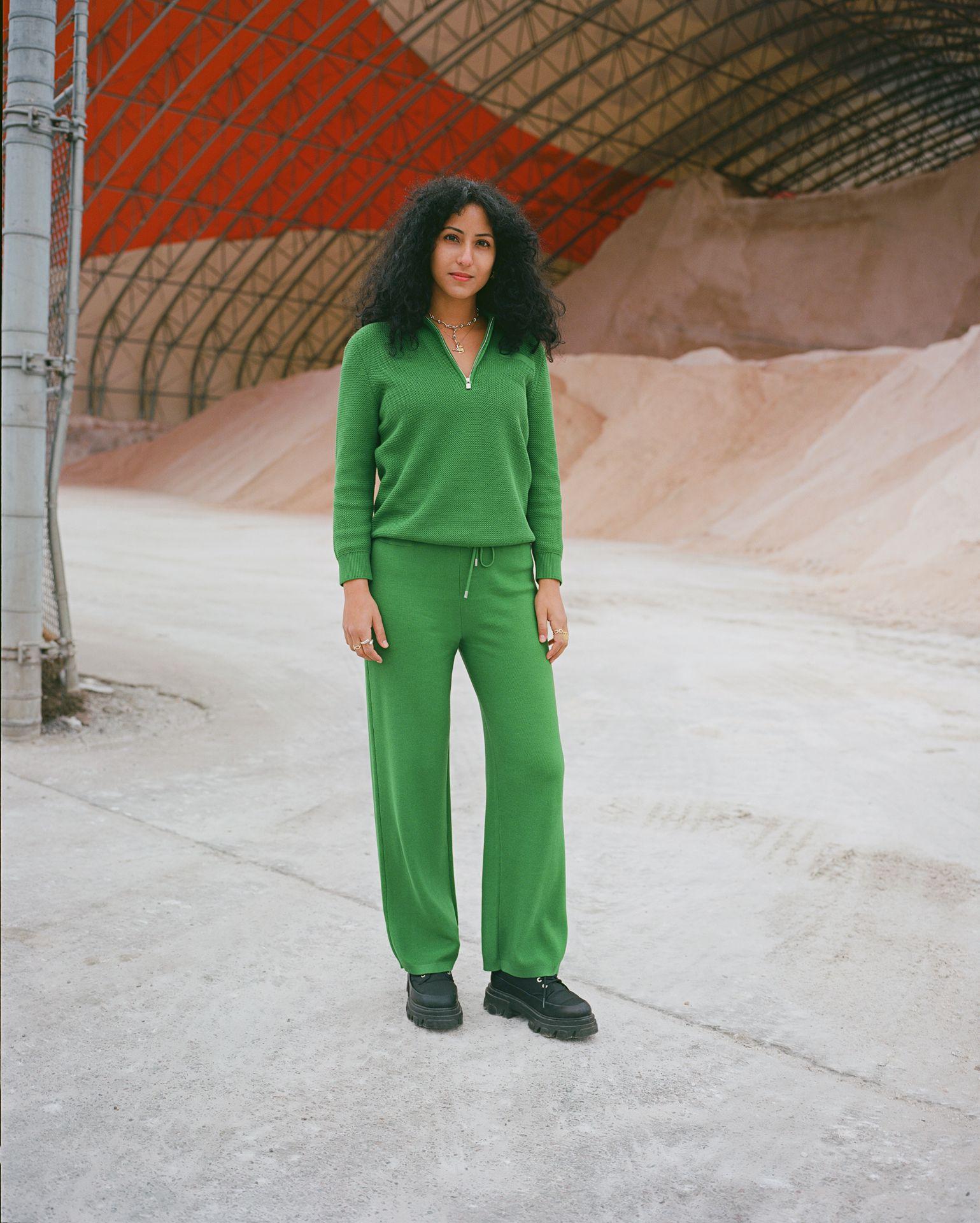 Femme debout extérieur habit vert sable New York