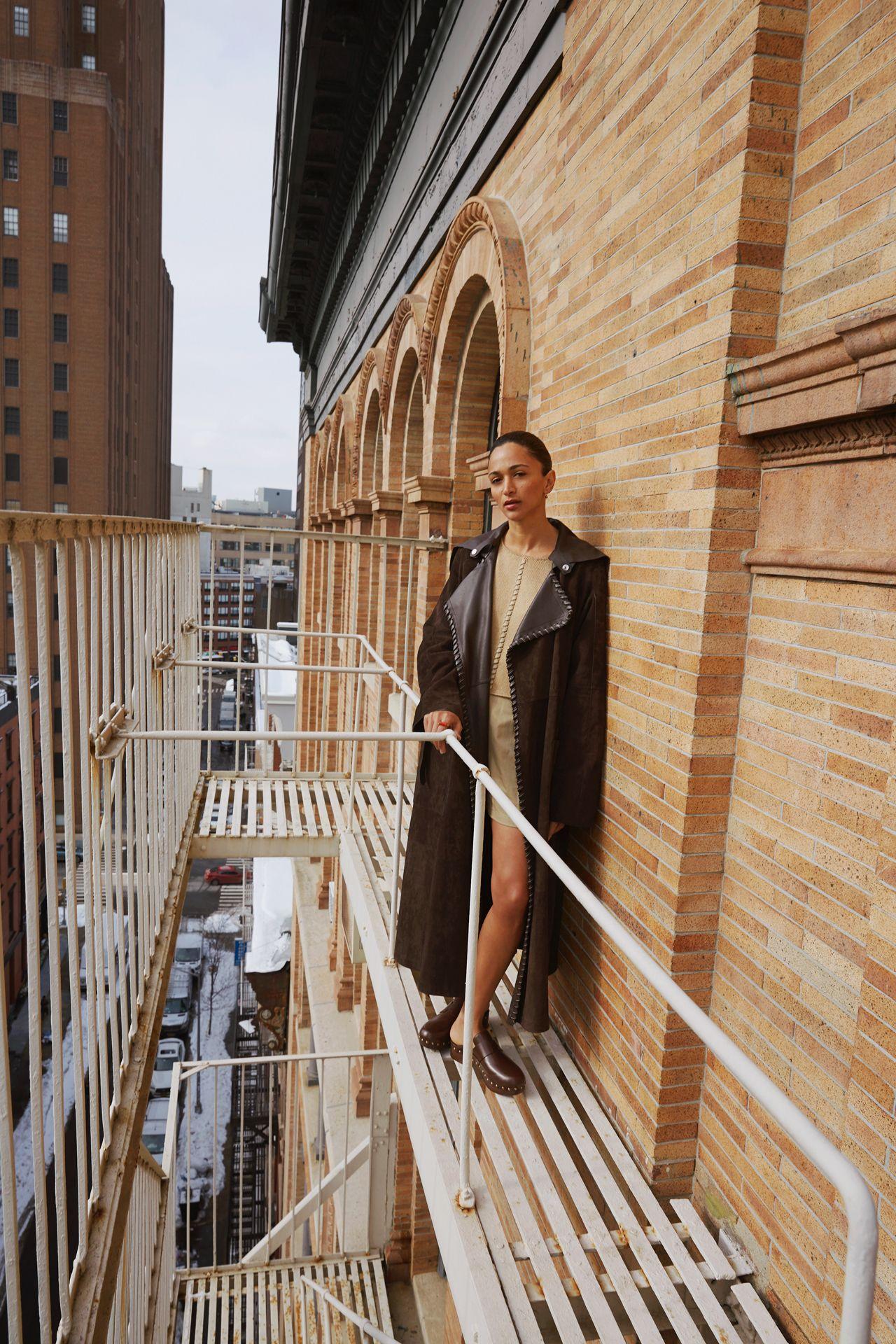 Femme debout en hauteur immeuble escaliers de secours New York