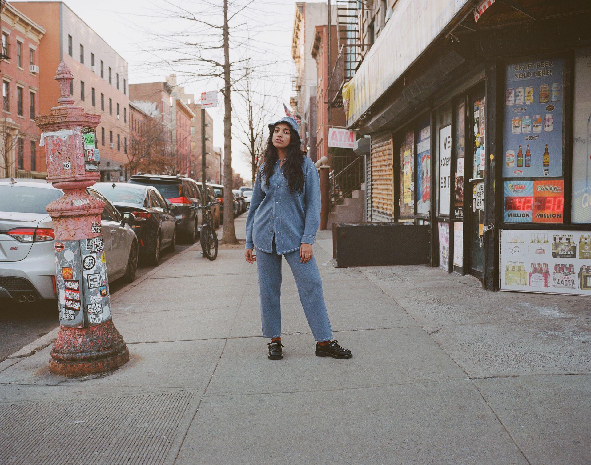 Femme debout milieu trottoir regarde caméra New York