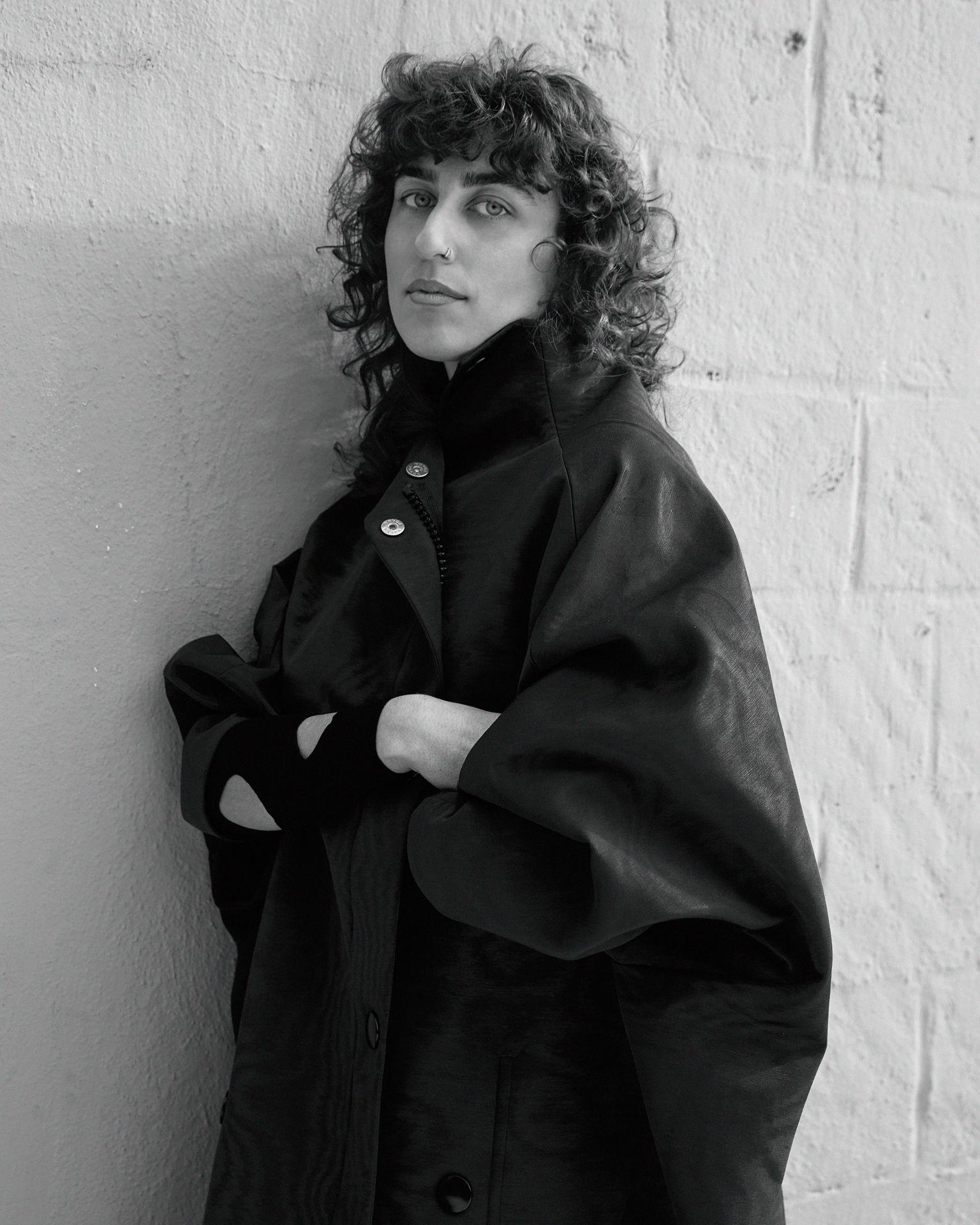Femme accoté sur mur grand manteau photo noir et blanc New York