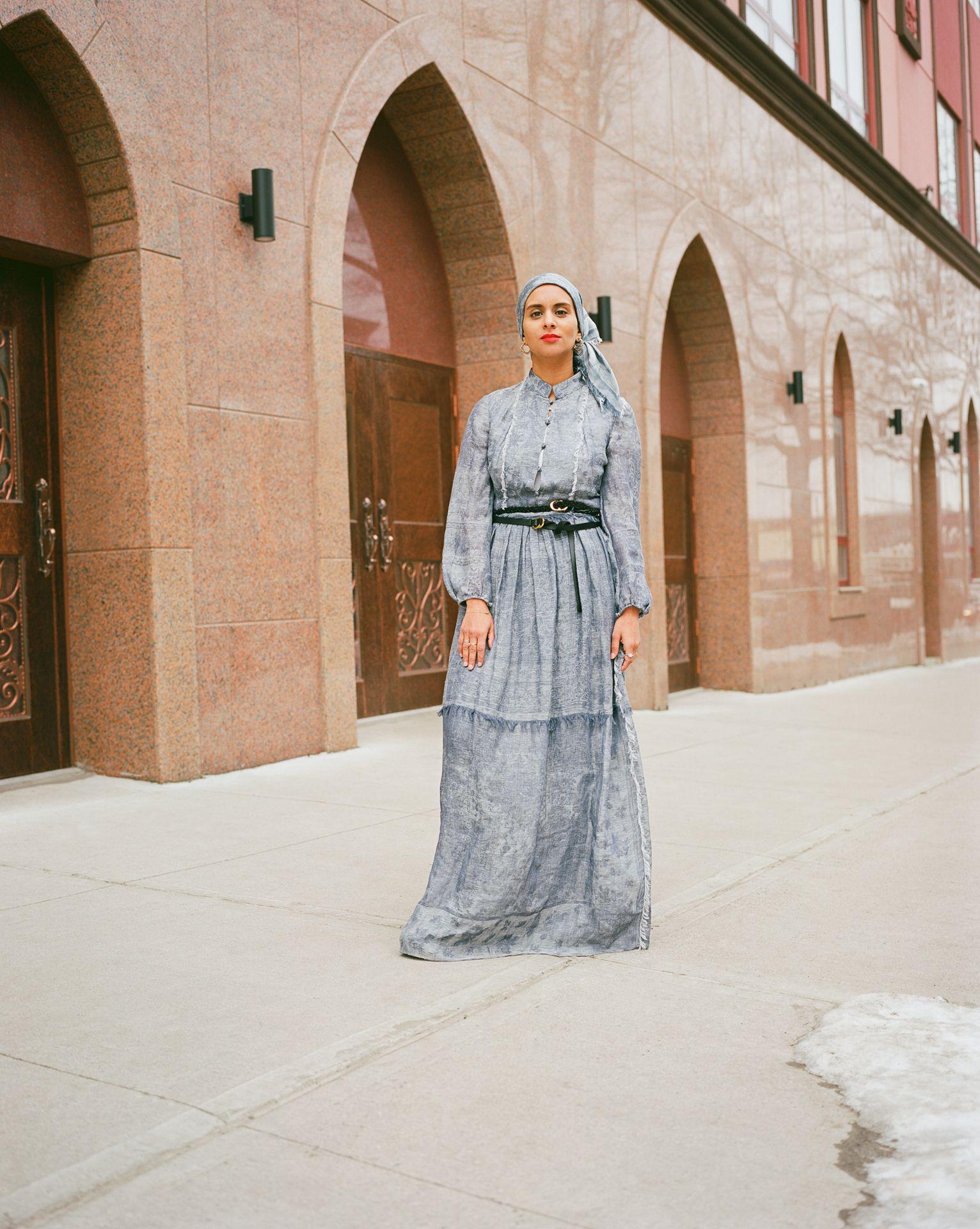 Femme robe debout devant lieu de prière New York