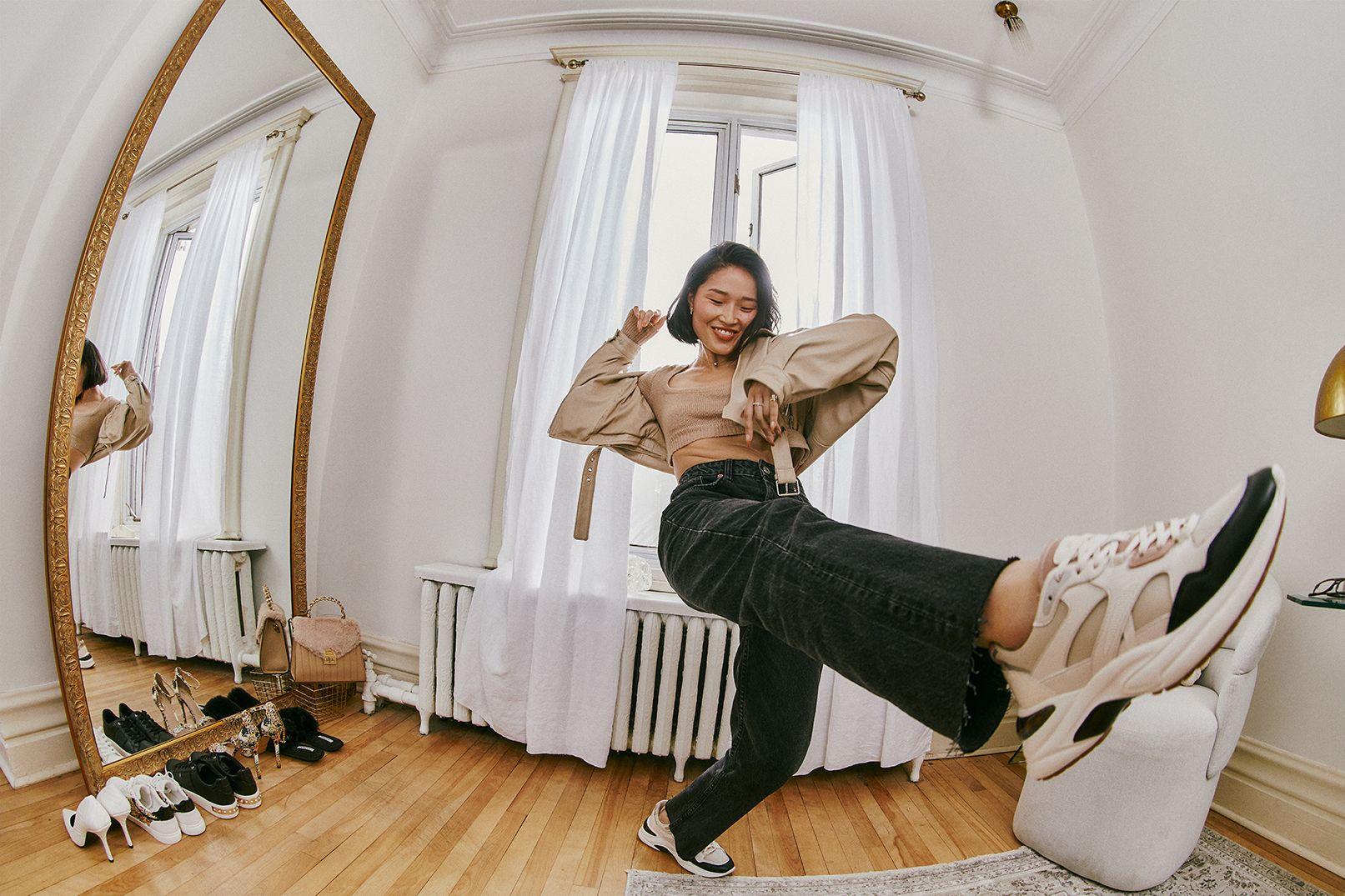 Photo d'une femme donnant un coup de pied portant des pantalons beige.
